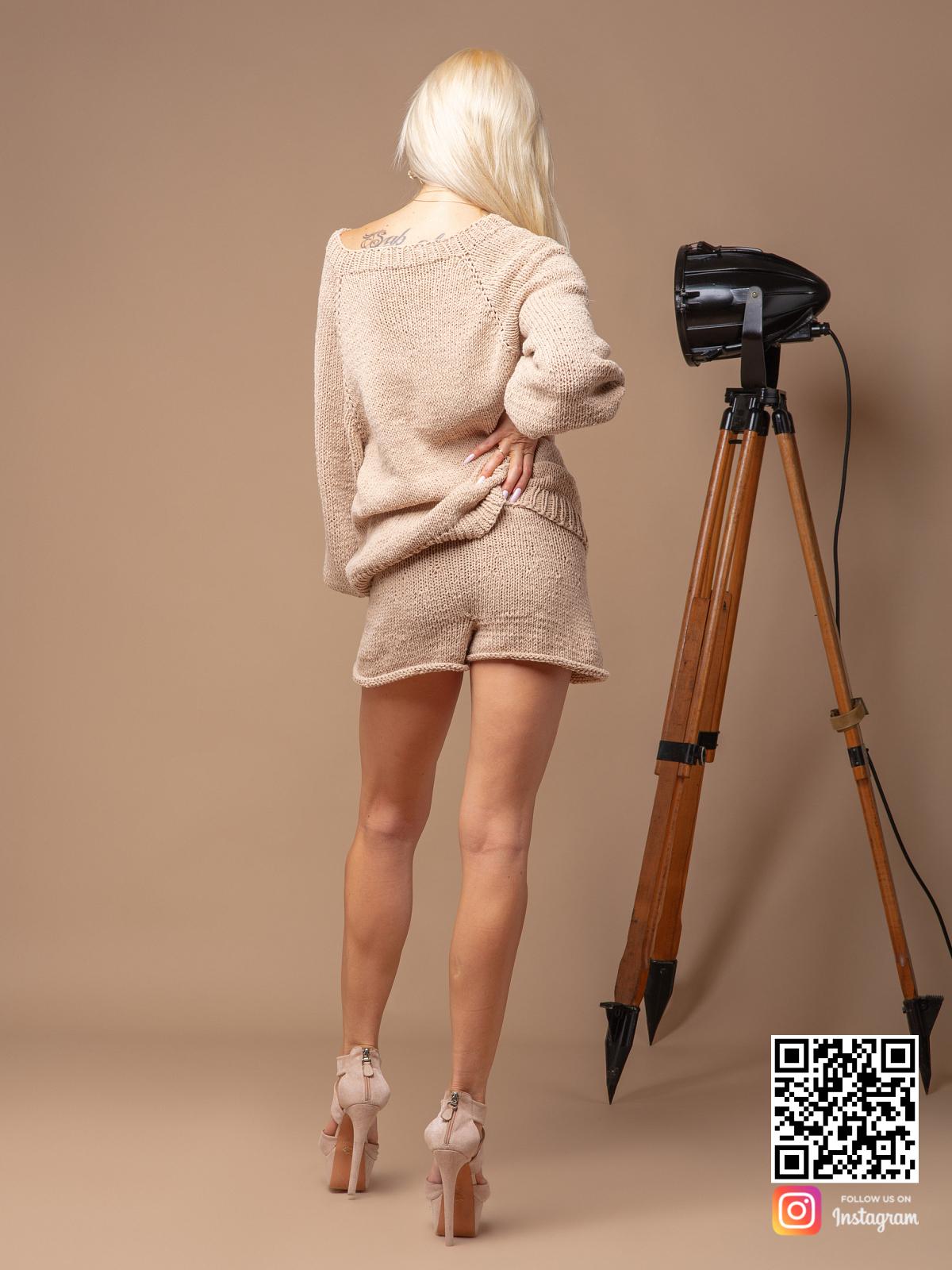 На второй фотографии костюм с шортами женский летний со спины от Shapar, бренда вязаной одежды ручной работы в интернет-магазине связанных спицами вещей.
