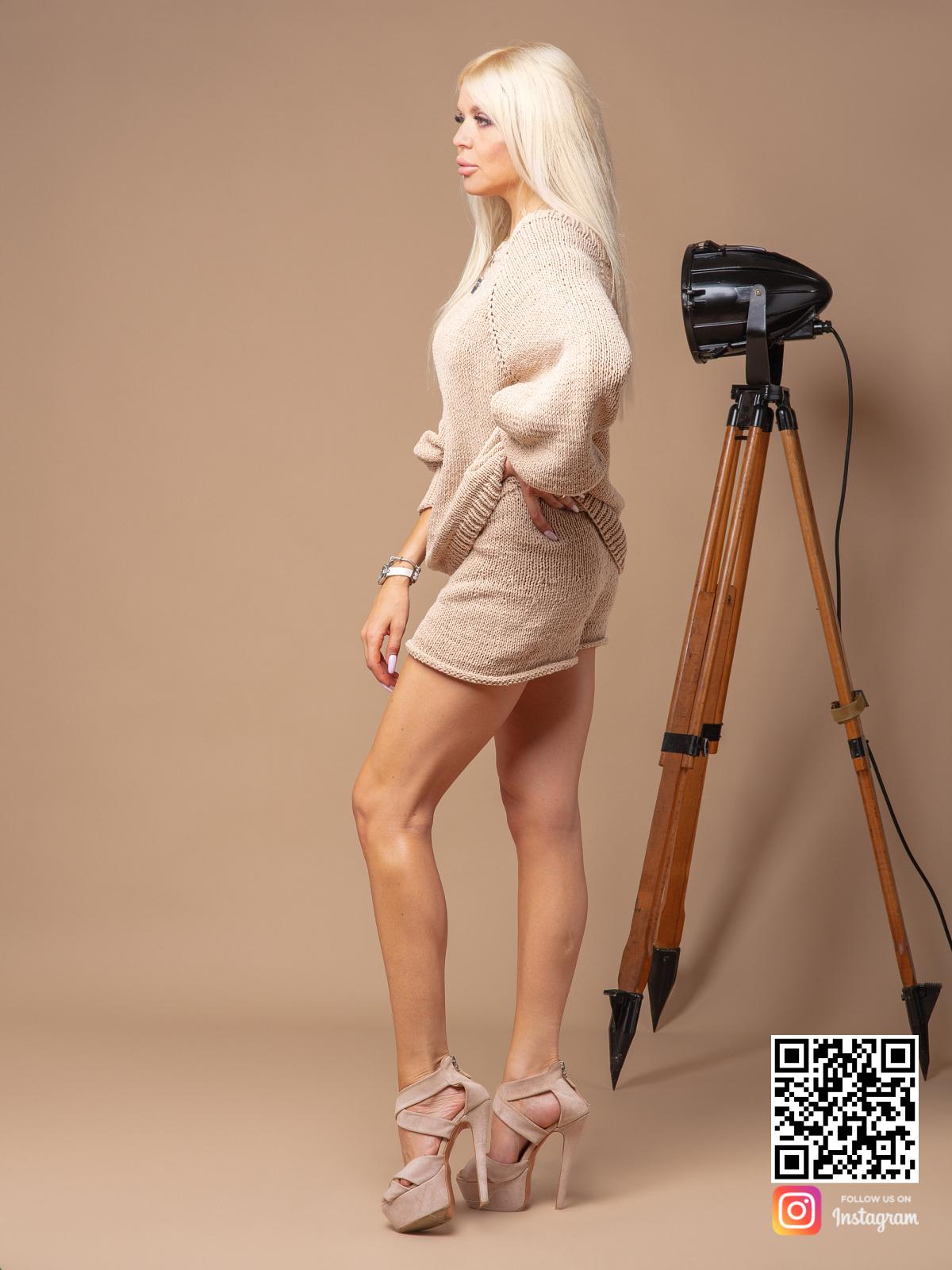На пятой фотографии бежевый костюм с шортами женский летний от Shapar, бренда вязаной одежды ручной работы в интернет-магазине связанных спицами вещей.