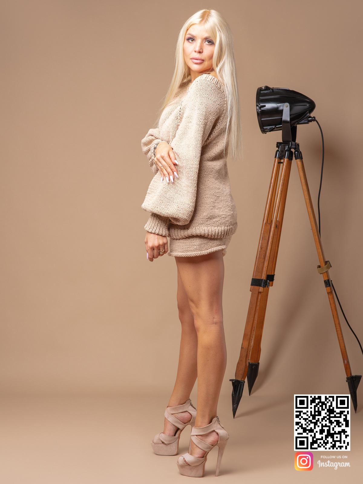 На третьей фотографии костюм с шортами женский летний бежевого цвета от Shapar, бренда вязаной одежды ручной работы в интернет-магазине связанных спицами вещей.