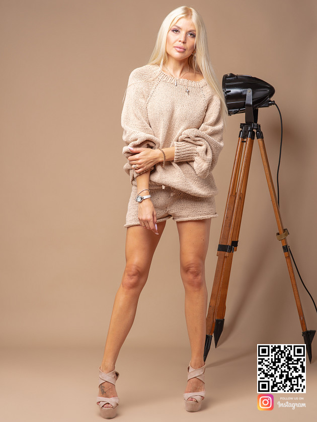 На фотографии костюм с шортами женский летний от Shapar, бренда вязаной одежды ручной работы в интернет-магазине связанных спицами вещей.