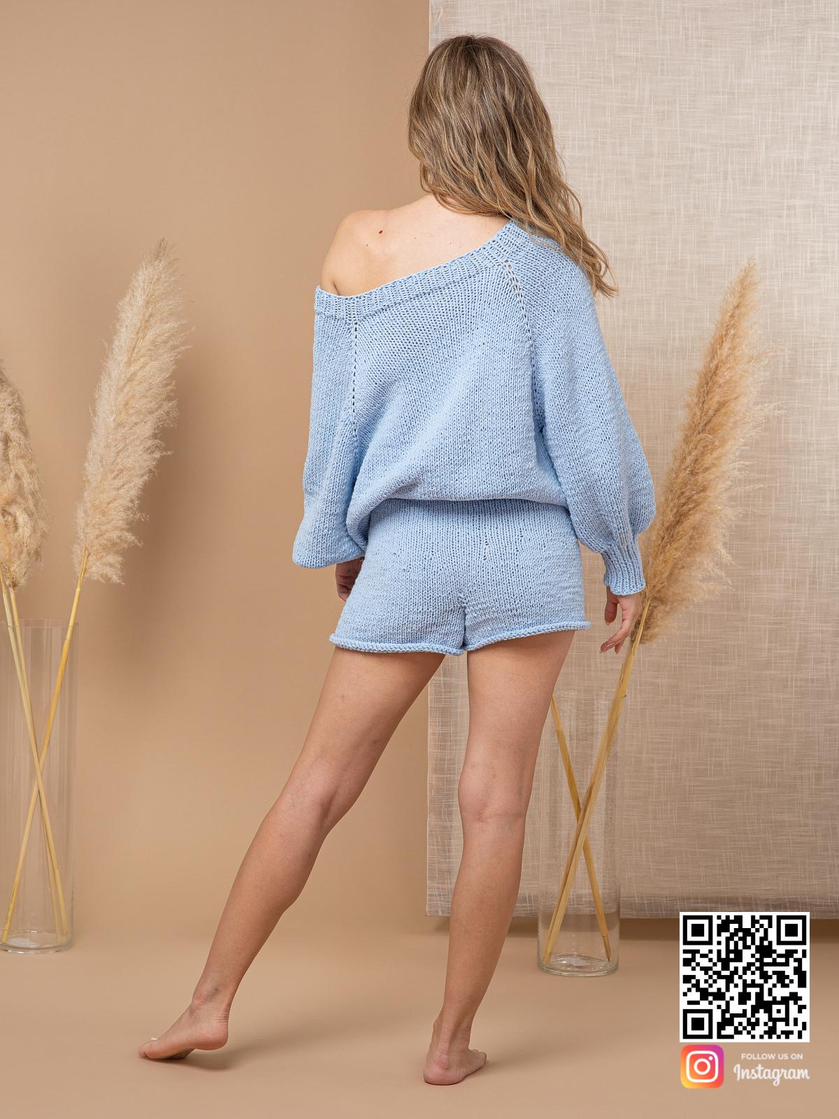 На второй фотографии женский костюм шорты и кофта со спины от Shapar, бренда вязаной одежды ручной работы в интернет-магазине связанных спицами вещей.