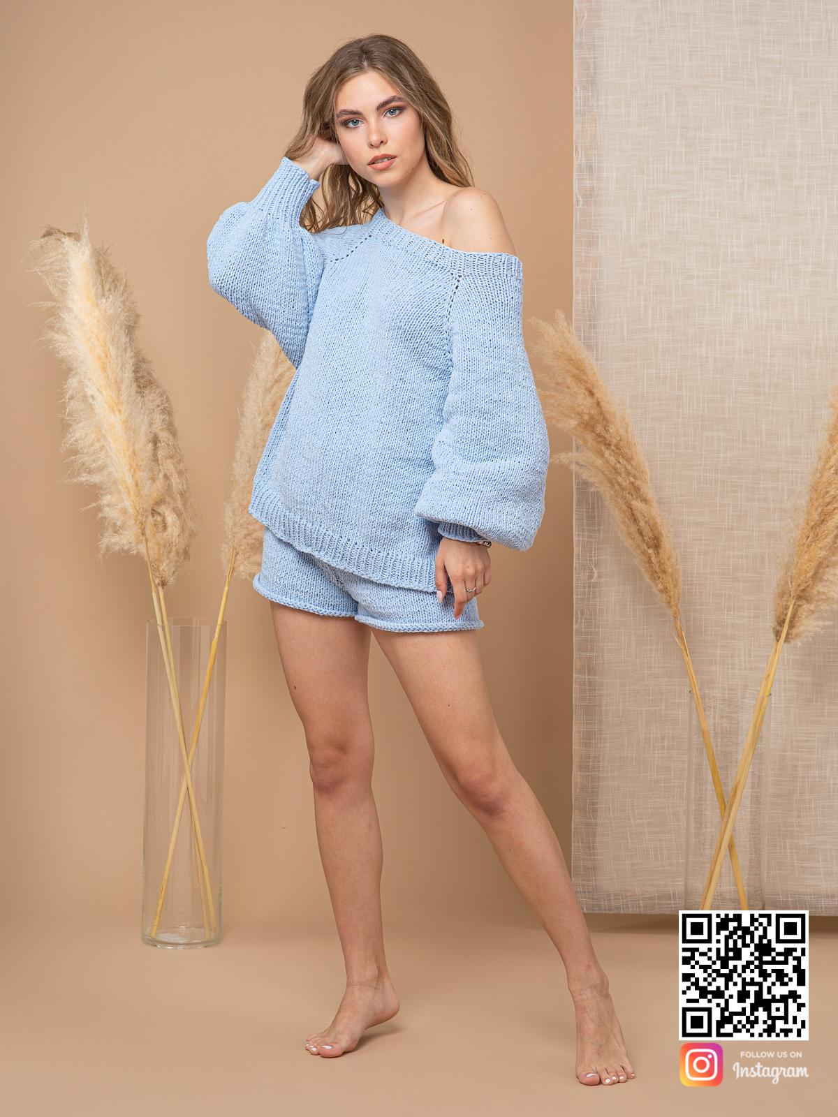 На шестой фотографии летний модный костюм шорты и кофта для девушек и женщин от Shapar, бренда вязаной одежды ручной работы в интернет-магазине связанных спицами вещей.