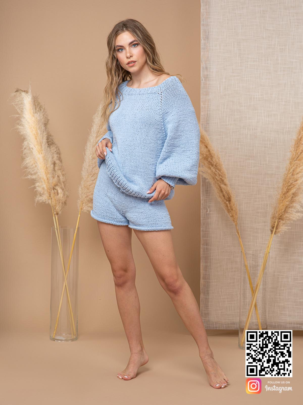 На четвертой фотографии женский костюм шорты и кофта из хлопка от Shapar, бренда вязаной одежды ручной работы в интернет-магазине связанных спицами вещей.