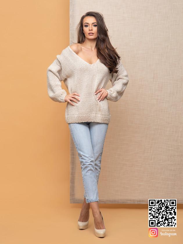 На фотографии красивый женский пуловер от Shapar, бренда одежды ручной работы в интернет-магазине связанных спицами вещей.