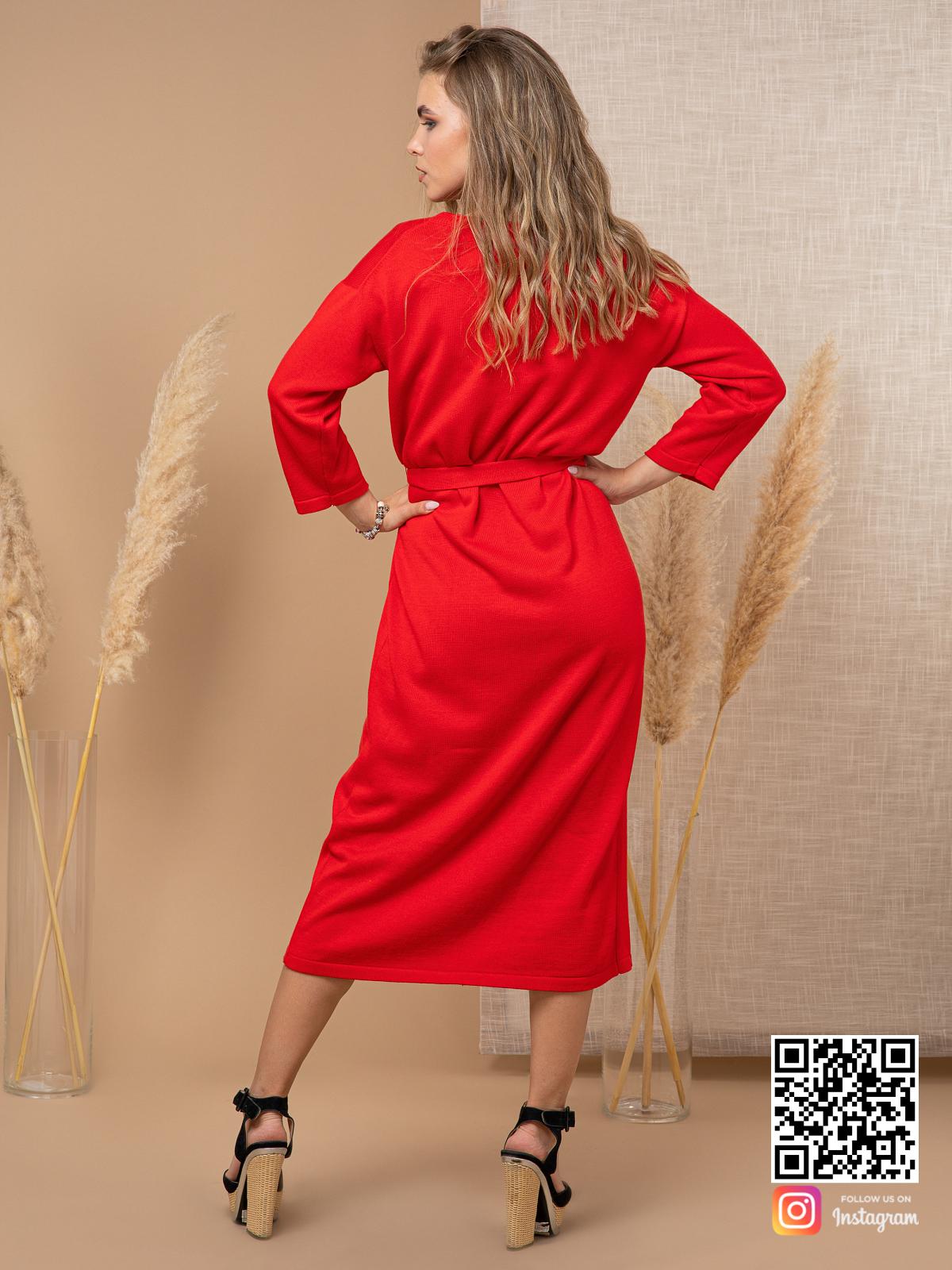 На второй фотографии вязаное красное платье халат со спины от Shapar, бренда женской одежды ручной работы в интернет-магазине связанных спицами вещей.