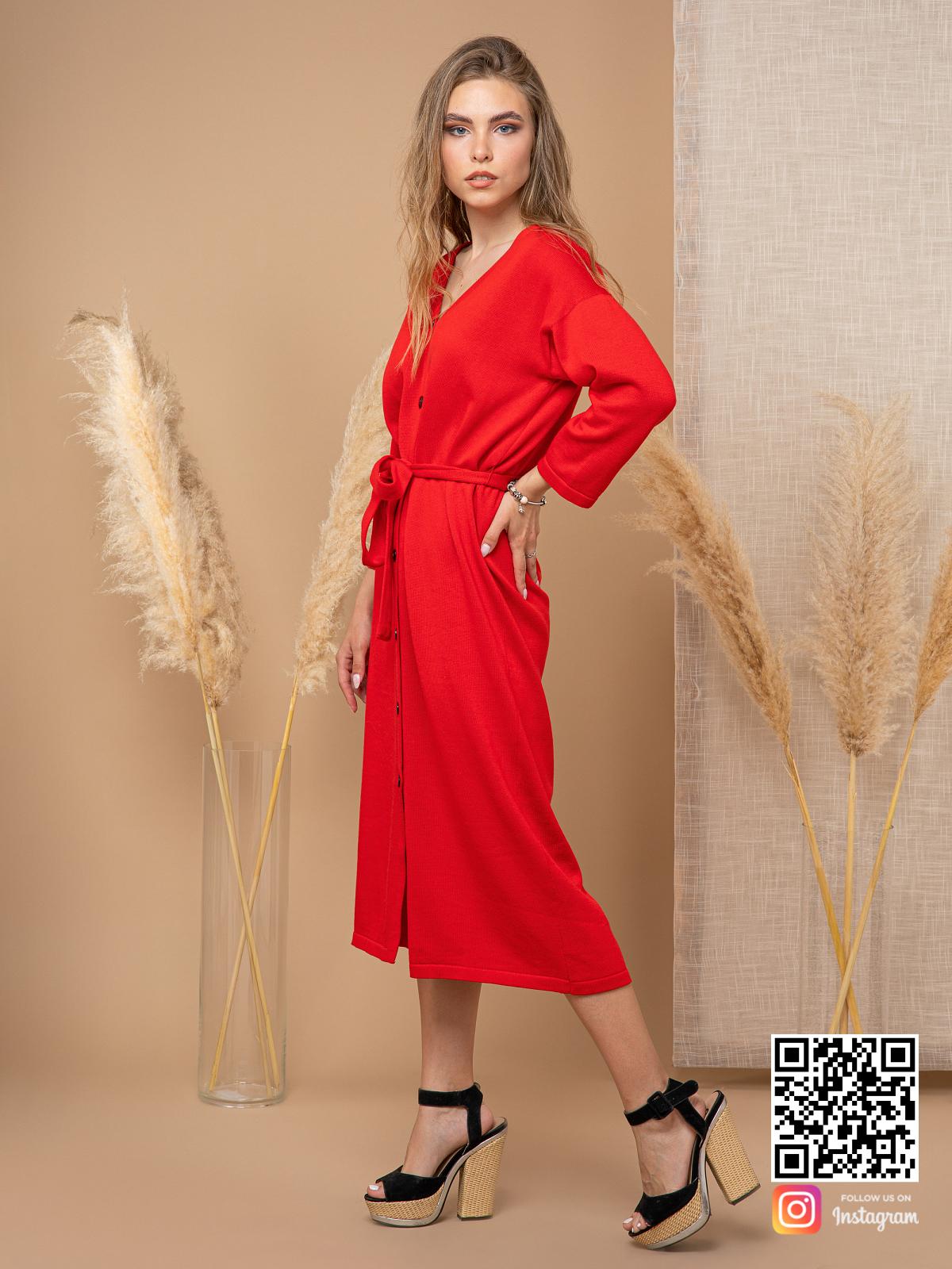 На четвертой фотографии модное красное платье халат для девушек и женщин от Shapar, бренда вязаной одежды ручной работы в интернет-магазине связанных спицами вещей.
