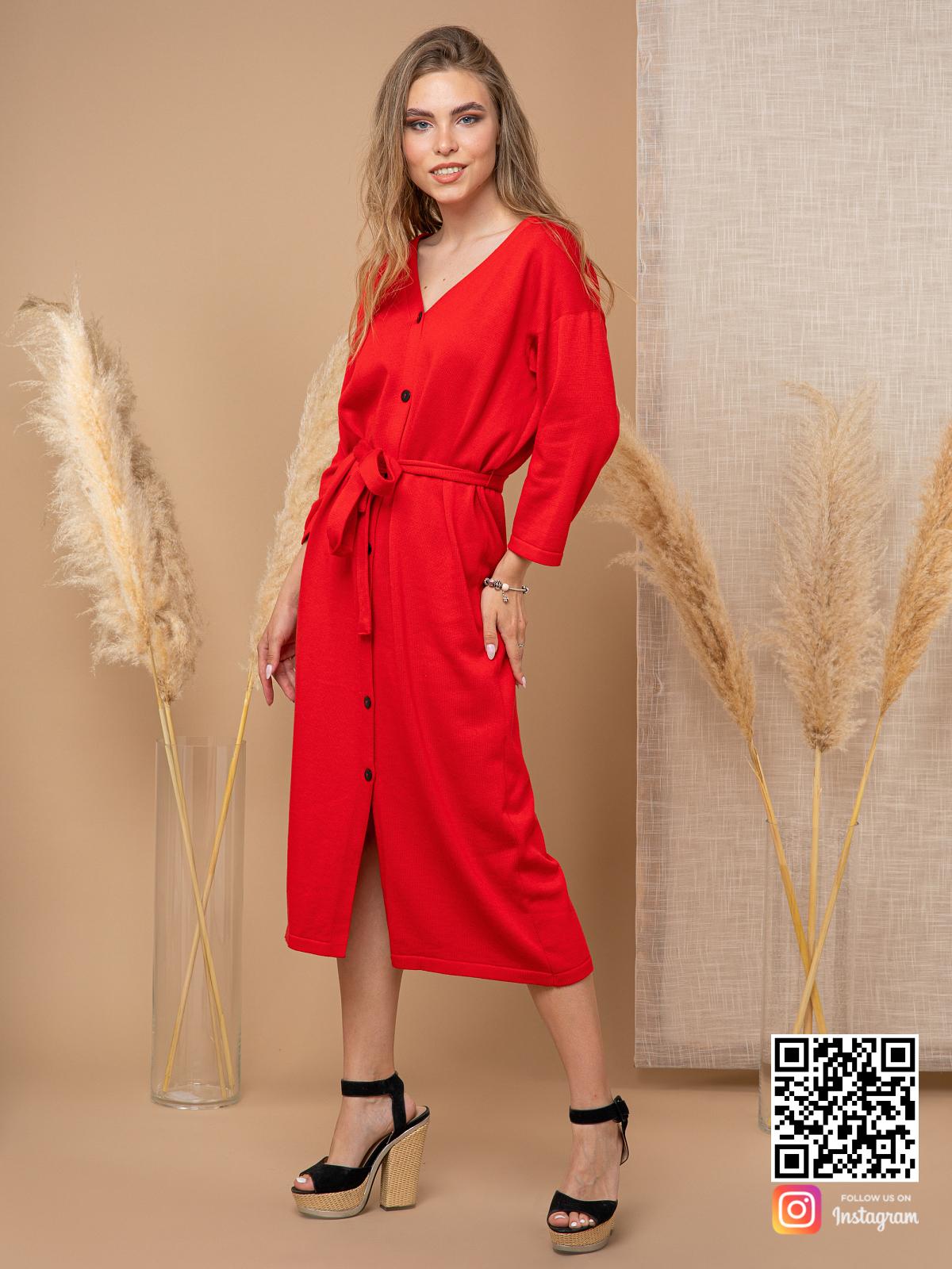 На третьей фотографии вязаное красное платье халат на пуговицах от Shapar, бренда женской одежды ручной работы в интернет-магазине связанных спицами вещей.