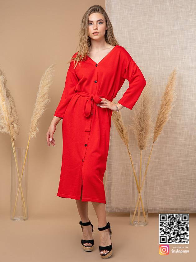 На фотографии вязаное красное платье халат от Shapar, бренда женской одежды ручной работы в интернет-магазине связанных спицами вещей.