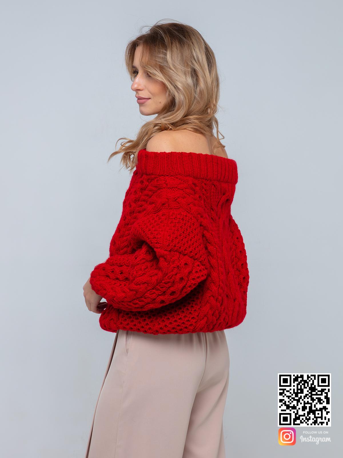 На третьей фотографии красный свитер женский со спущенным плечом от Shapar, бренда вязаной одежды ручной работы в интернет-магазине связанных спицами вещей.