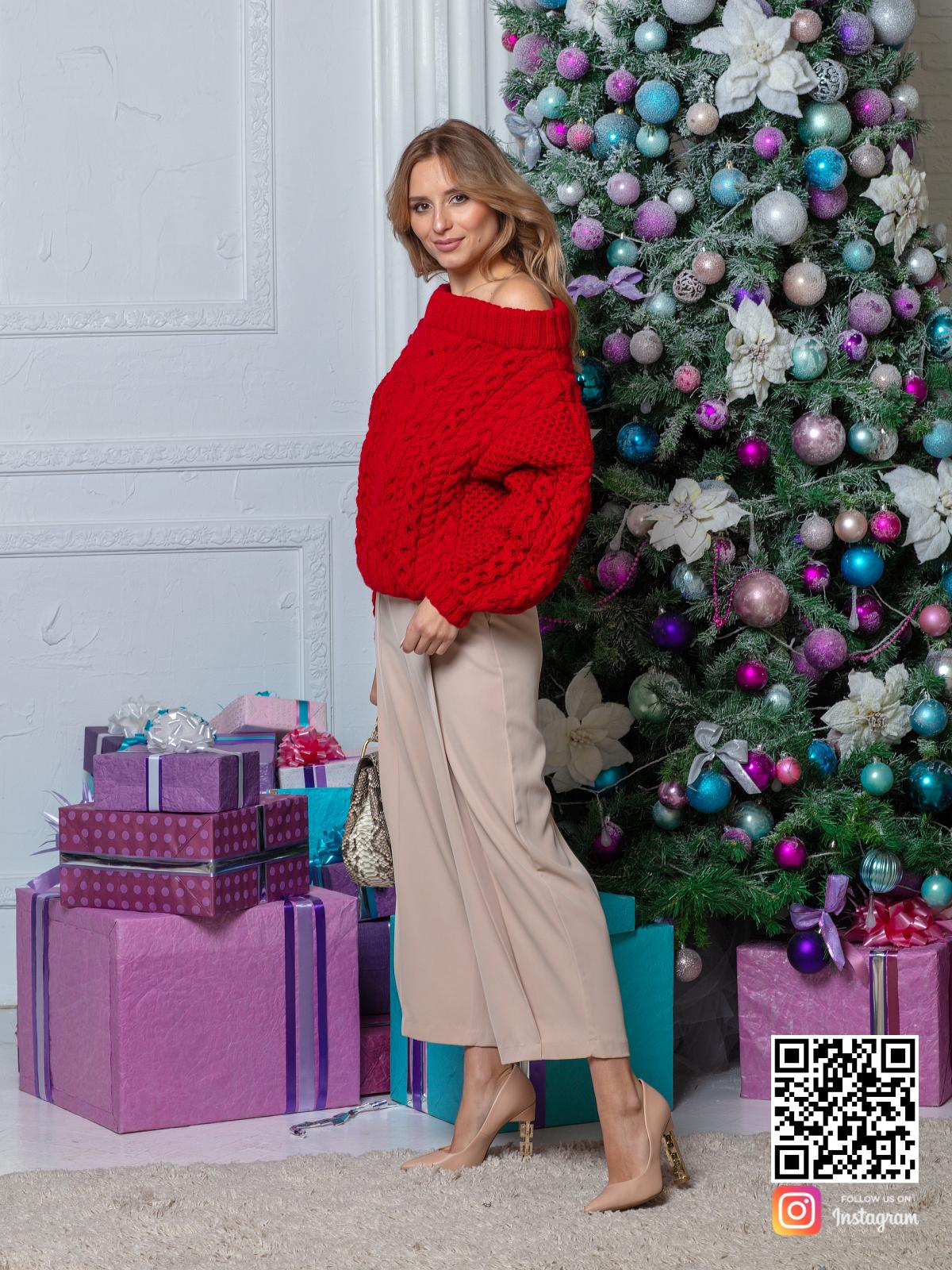 На седьмой фотографии красный свитер женский в косах от Shapar, бренда вязаной одежды ручной работы в интернет-магазине связанных спицами вещей.