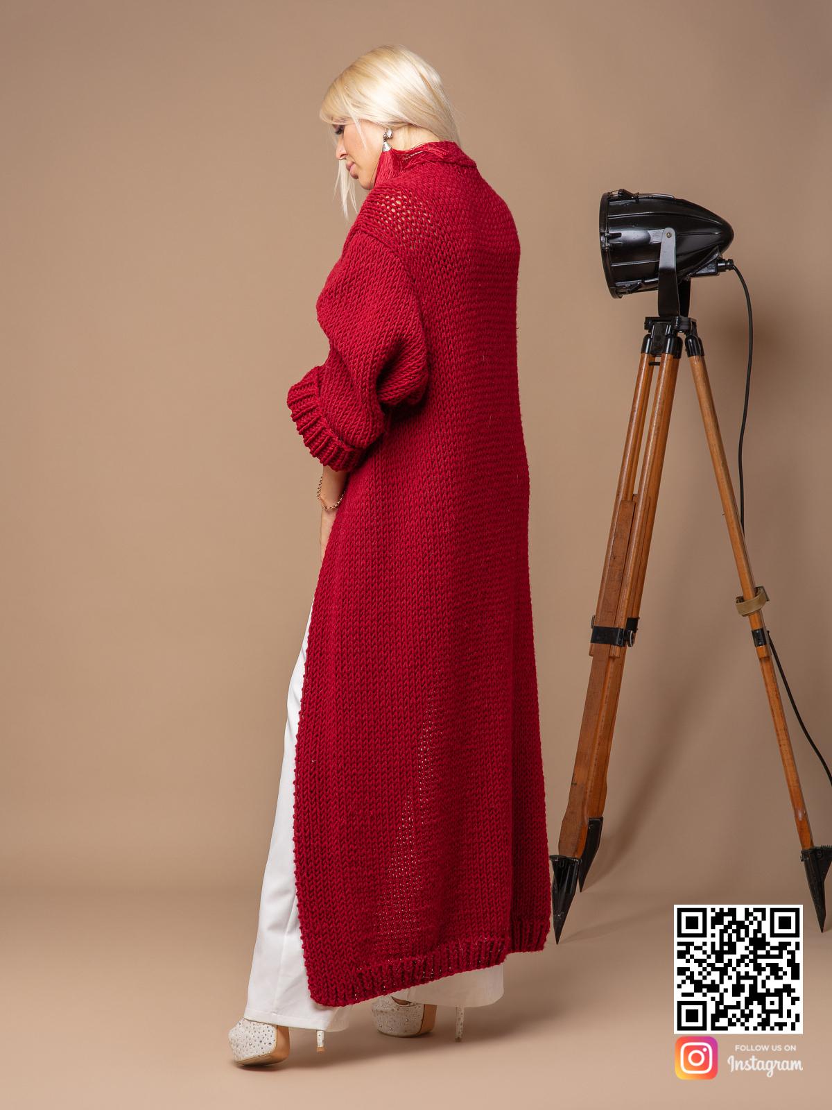 На второй фотографии красный вязаный кардиган со спины от Shapar, бренда одежды ручной работы в интернет-магазине связанных спицами вещей.