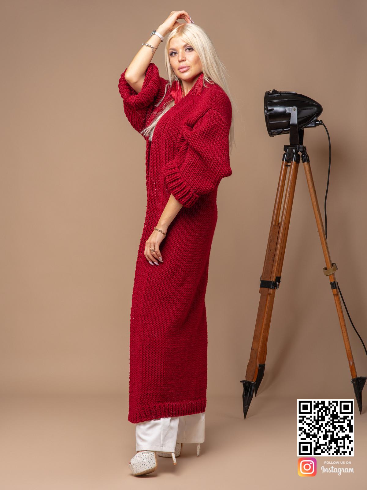 На седьмой фотографии стильный красный вязаный кардиган для девушек и женщин от Shapar, бренда одежды ручной работы в интернет-магазине связанных спицами вещей.
