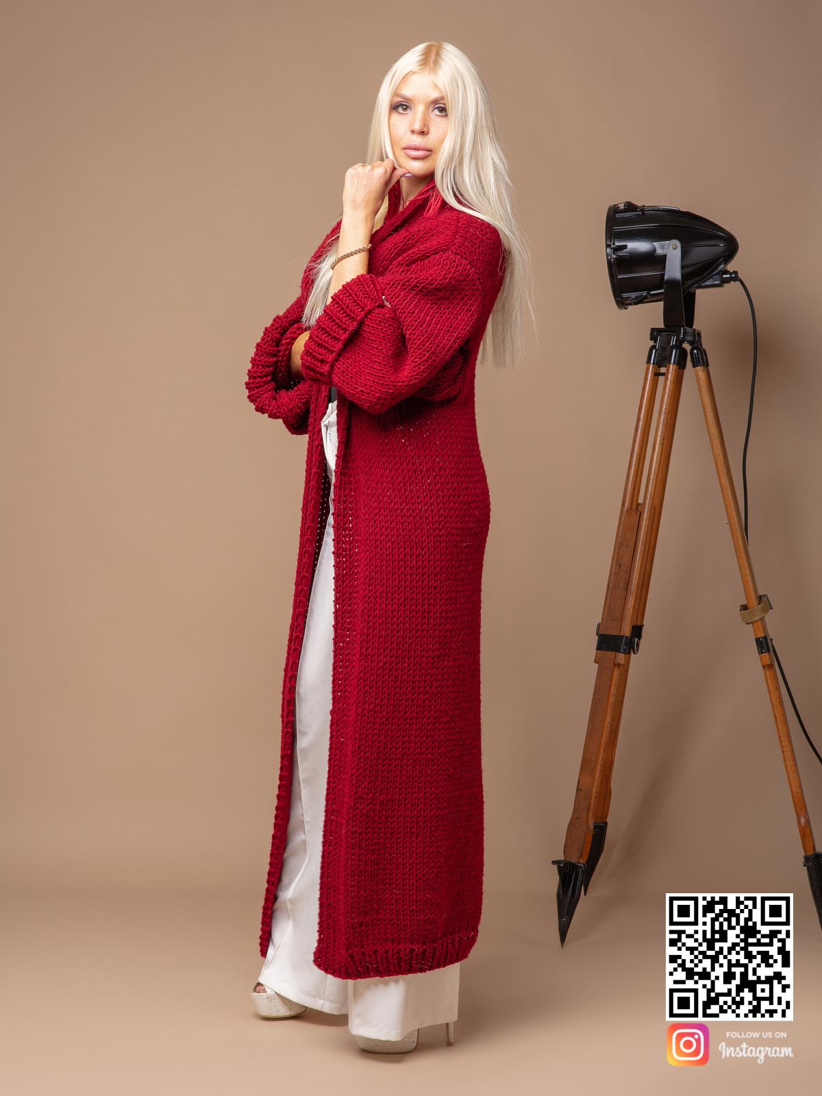 На четвертой фотографии женский вязаный кардиган красного цвета от Shapar, бренда одежды ручной работы в интернет-магазине связанных спицами вещей.