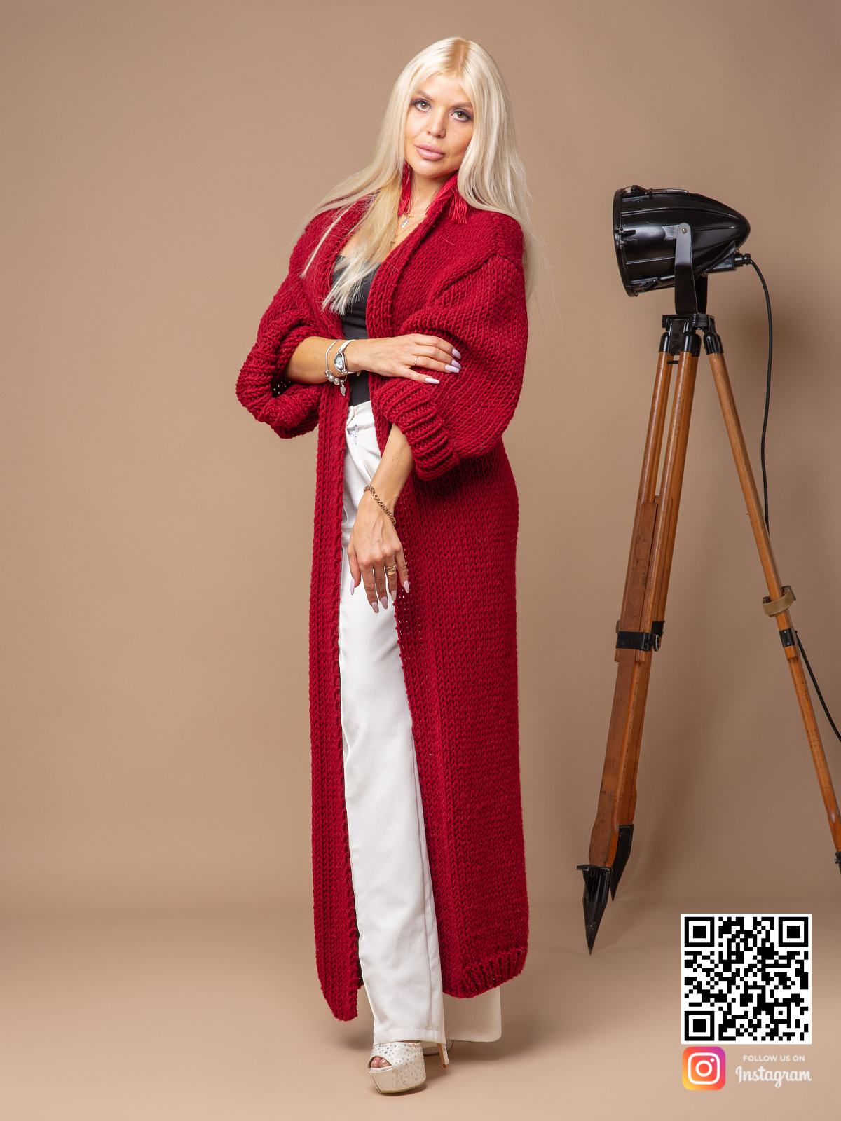На шестой фотографии модный красный вязаный кардиган от Shapar, бренда одежды ручной работы в интернет-магазине связанных спицами вещей.