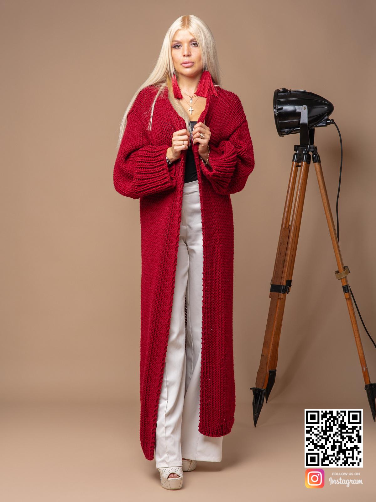 На фотографии красный вязаный кардиган от Shapar, бренда одежды ручной работы в интернет-магазине связанных спицами вещей.