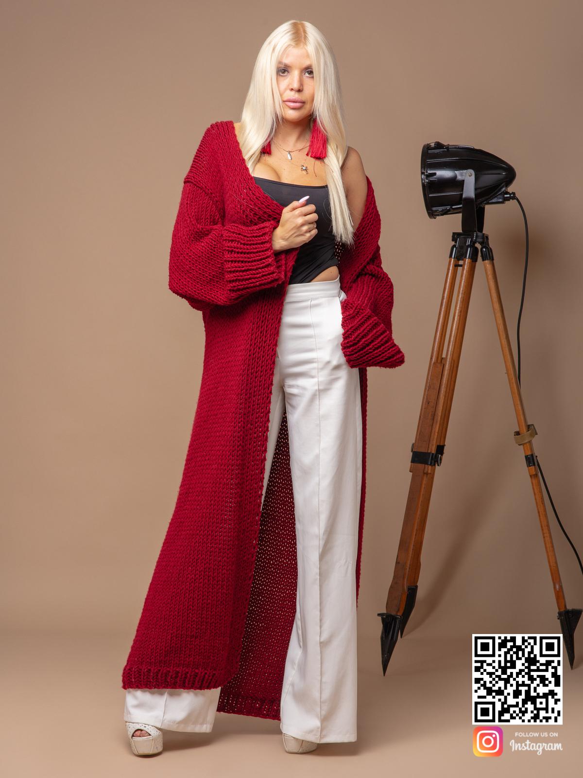 На третьей фотографии женский красный вязаный кардиган от Shapar, бренда одежды ручной работы в интернет-магазине связанных спицами вещей.