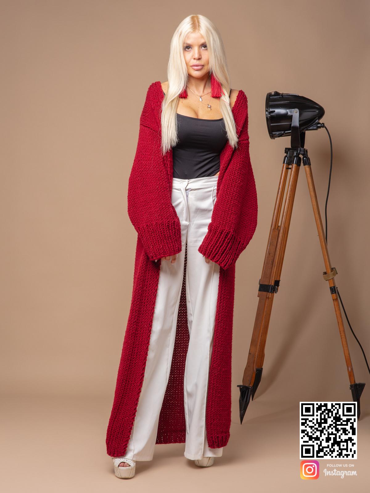 На пятой фотографии длинный красный вязаный кардиган от Shapar, бренда одежды ручной работы в интернет-магазине связанных спицами вещей.