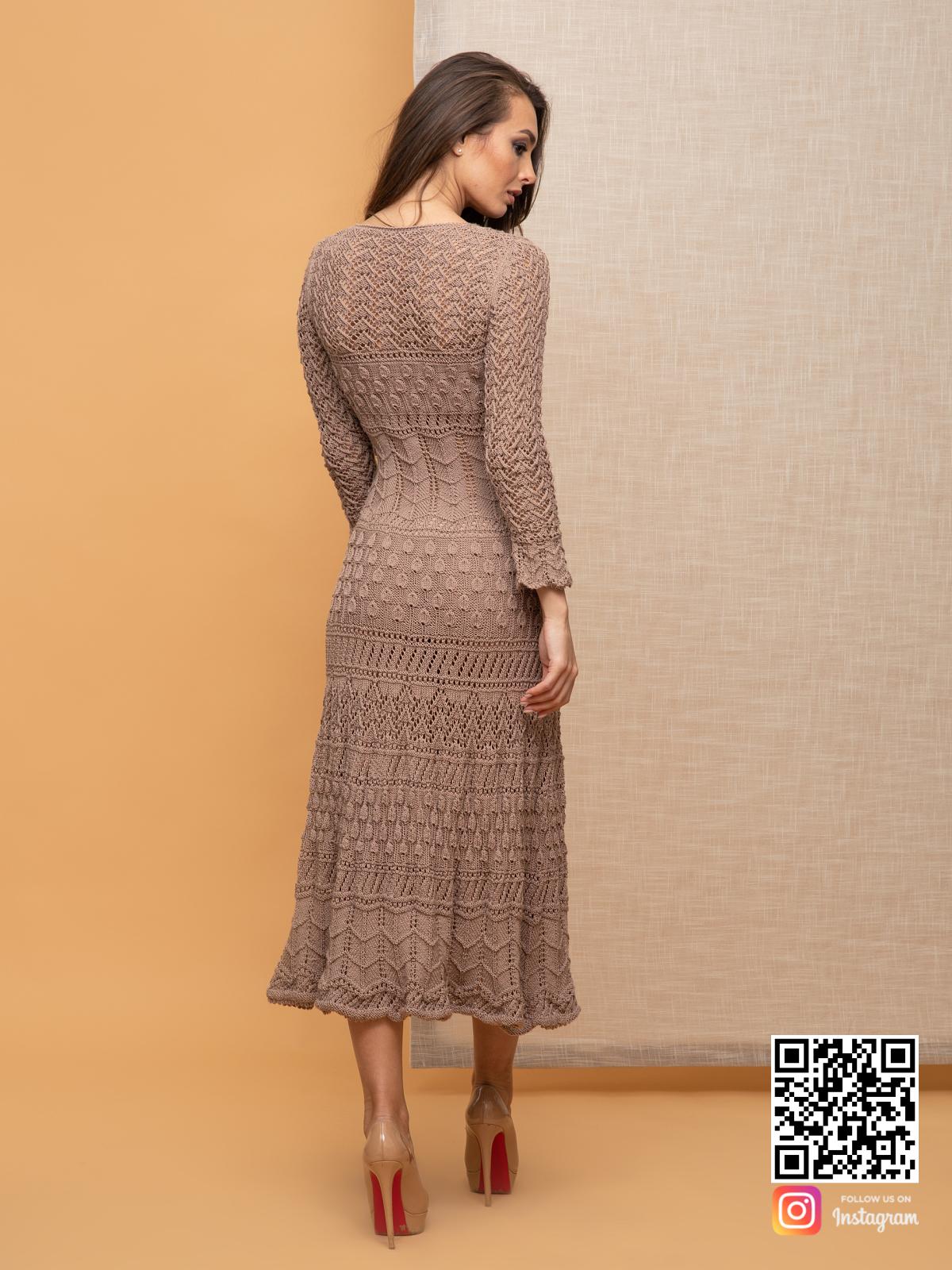 На второй фотографии женское кремовое платье со спины от Shapar, бренда вязаной одежды ручной работы в интернет-магазине связанных спицами вещей.