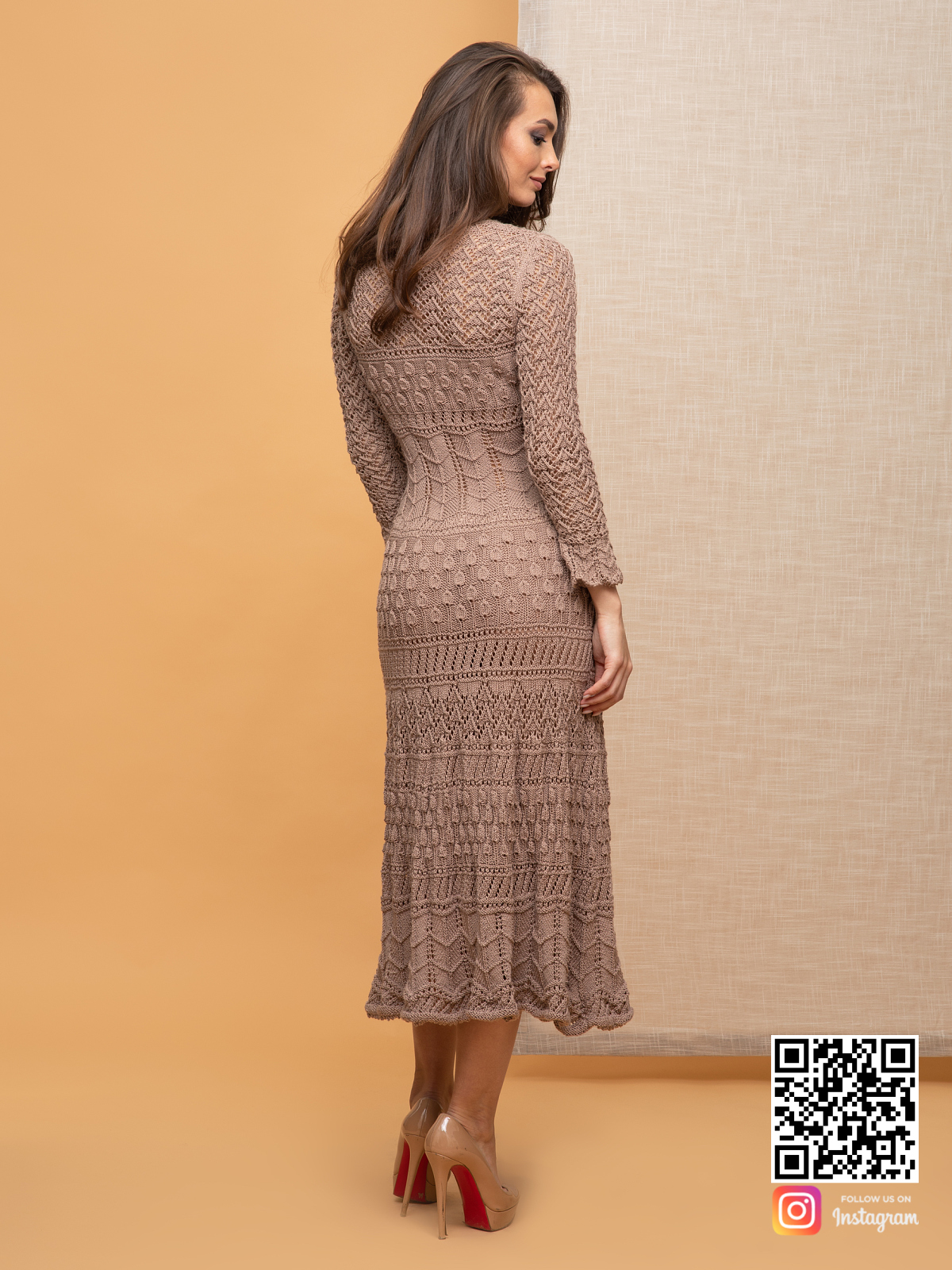 На шестой фотографии длинное женское кремовое платье от Shapar, бренда вязаной одежды ручной работы в интернет-магазине связанных спицами вещей.