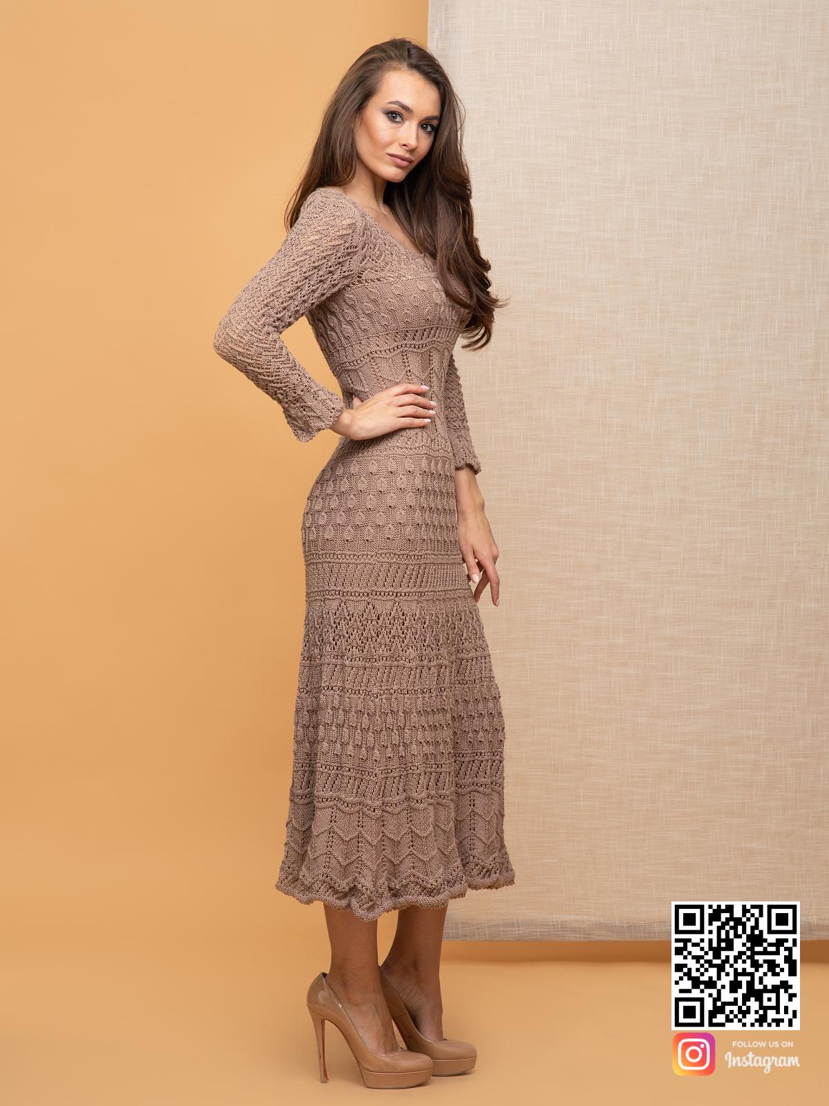 На третьей фотографии ажурное кремовое платье от Shapar, бренда вязаной одежды ручной работы в интернет-магазине связанных спицами вещей.