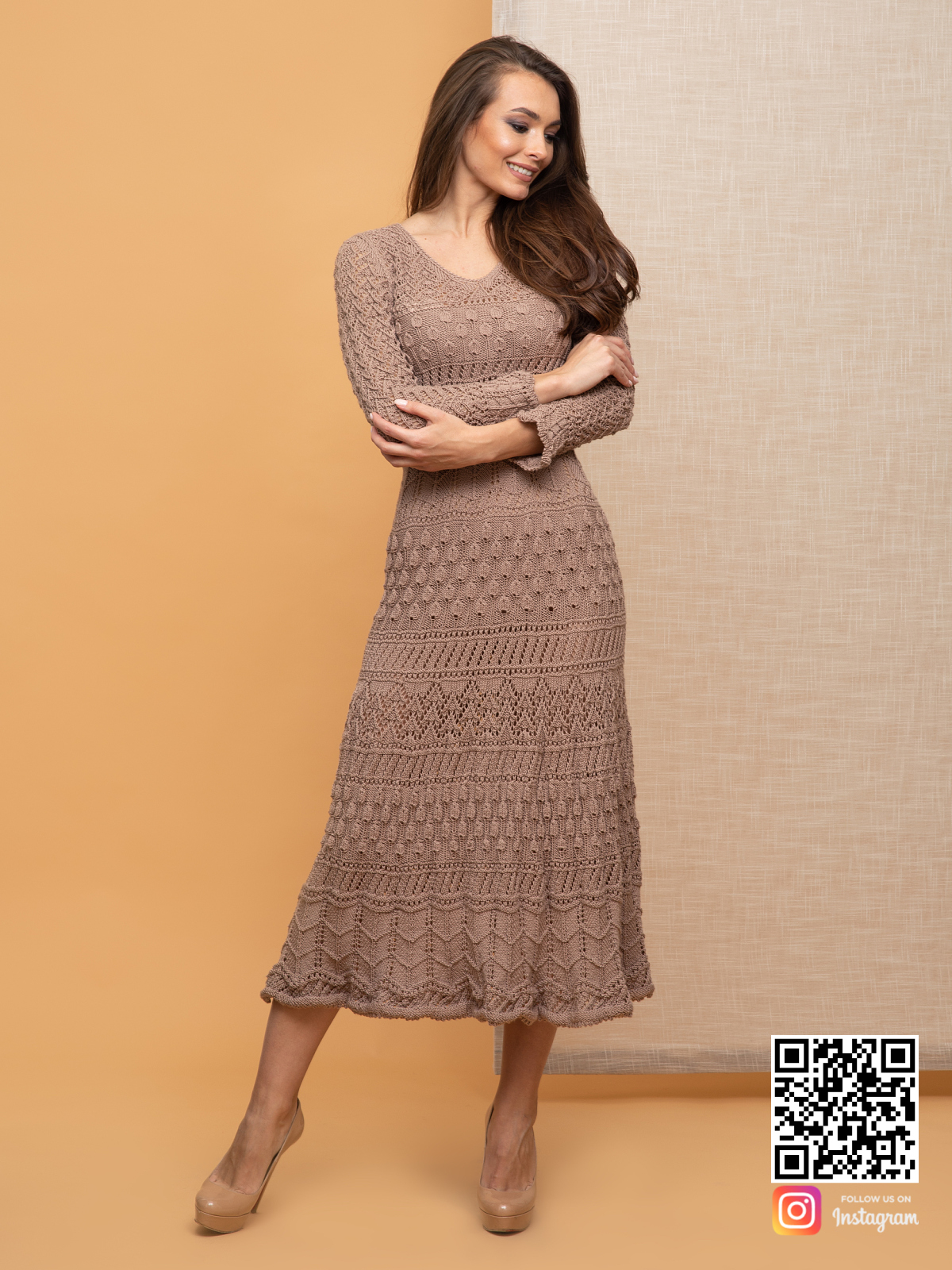 На четвертой фотографии модное кремовое платье для девушек от Shapar, бренда вязаной одежды ручной работы в интернет-магазине связанных спицами вещей.