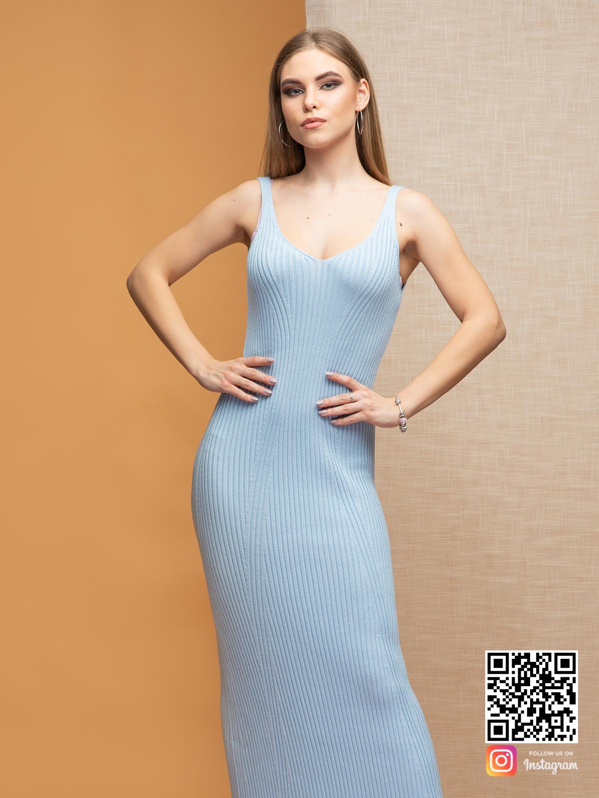 На пятой фотографии вязаное легкое летнее платье на бретельках в длине миди от Shapar, бренда женской одежды ручной работы в интернет-магазине связанных спицами вещей.