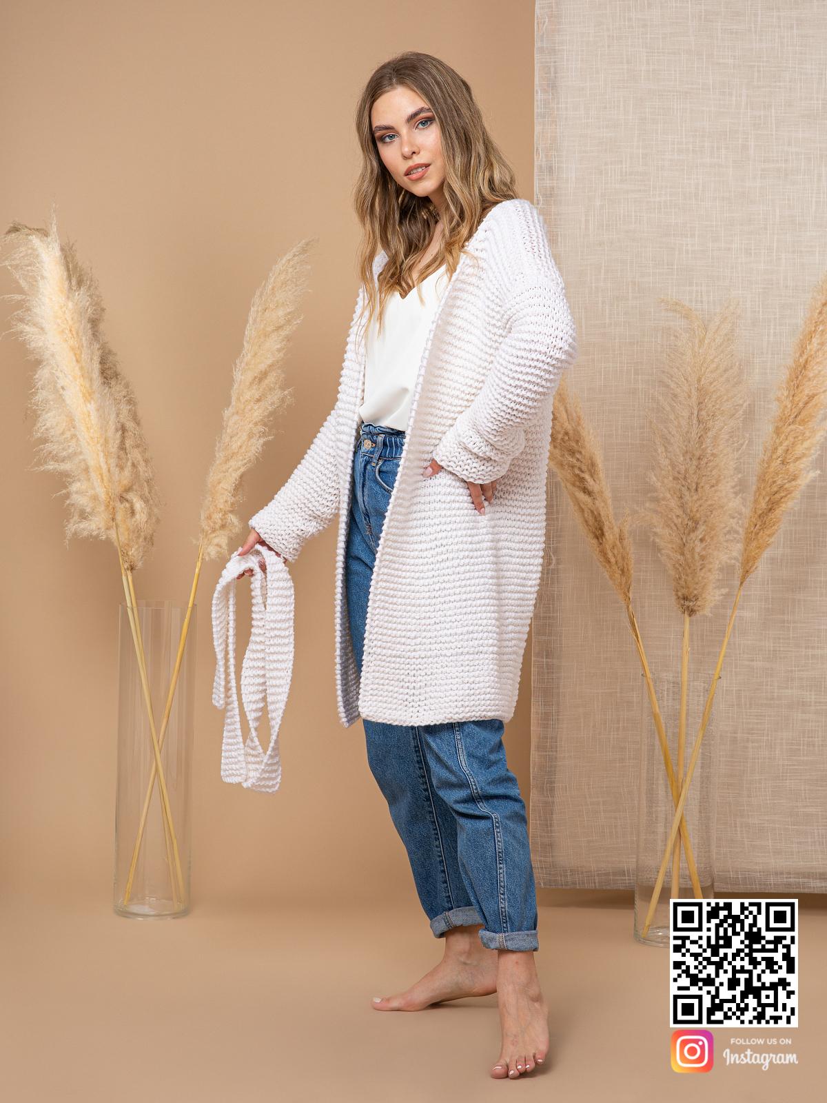 На третьей фотографии женский летний кардиган из хлопка белого цвета от Shapar, бренда вязаной одежды ручной работы в интернет-магазине связанных спицами вещей.