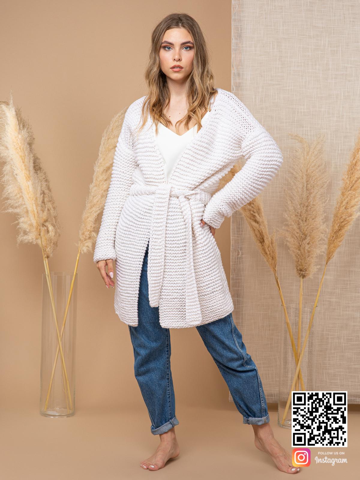 На четвертой фотографии короткий летний кардиган из хлопка от Shapar, бренда вязаной одежды ручной работы в интернет-магазине связанных спицами вещей.