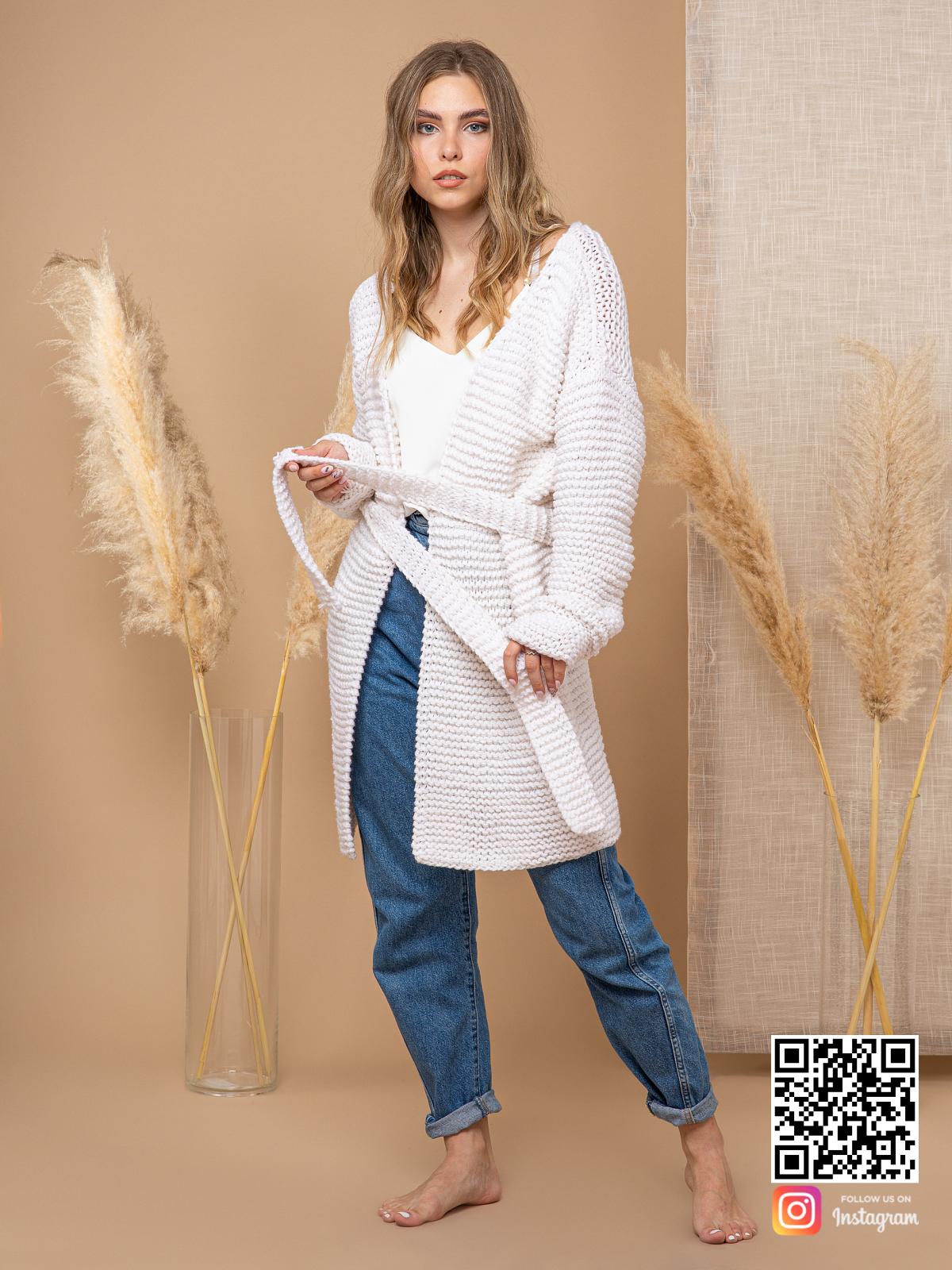 На фотографии женский летний кардиган из хлопка от Shapar, бренда вязаной одежды ручной работы в интернет-магазине связанных спицами вещей.