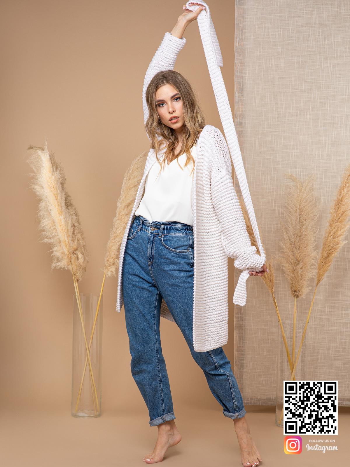 На шестой фотографии белый летний кардиган из хлопка с поясом от Shapar, бренда вязаной одежды ручной работы в интернет-магазине связанных спицами вещей.