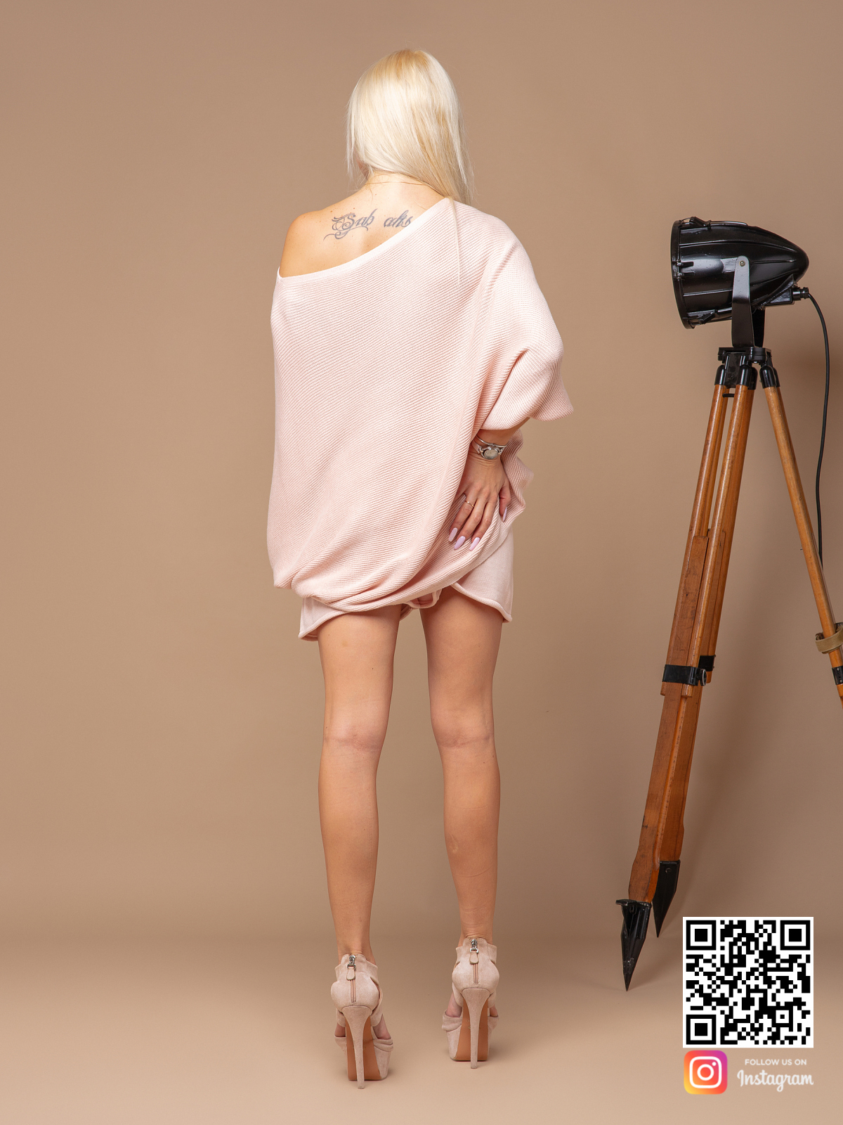 На второй фотографии женский летний костюм с шортами со спины от Shapar, бренда вязаной одежды ручной работы в интернет-магазине связанных спицами вещей.