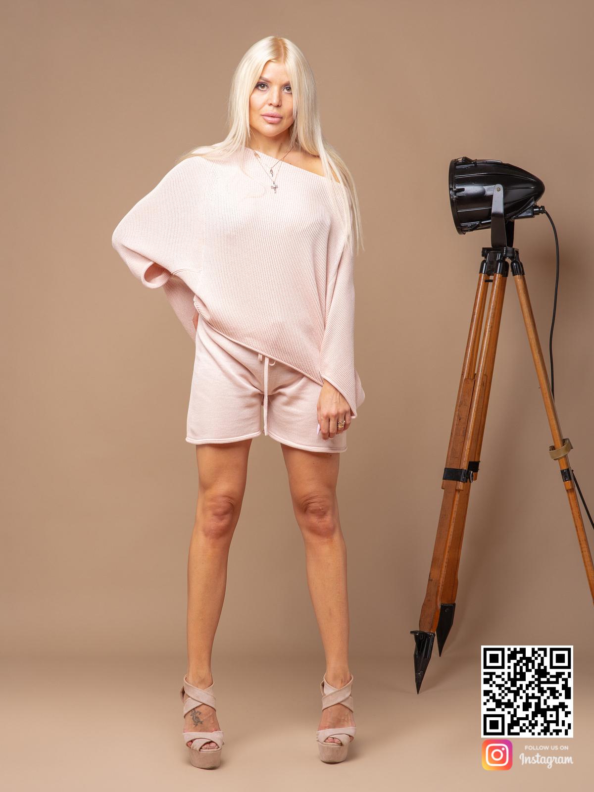 На пятой фотографии пудровый летний костюм с шортами для девушек и женщин от Shapar, бренда вязаной одежды ручной работы в интернет-магазине связанных спицами вещей.