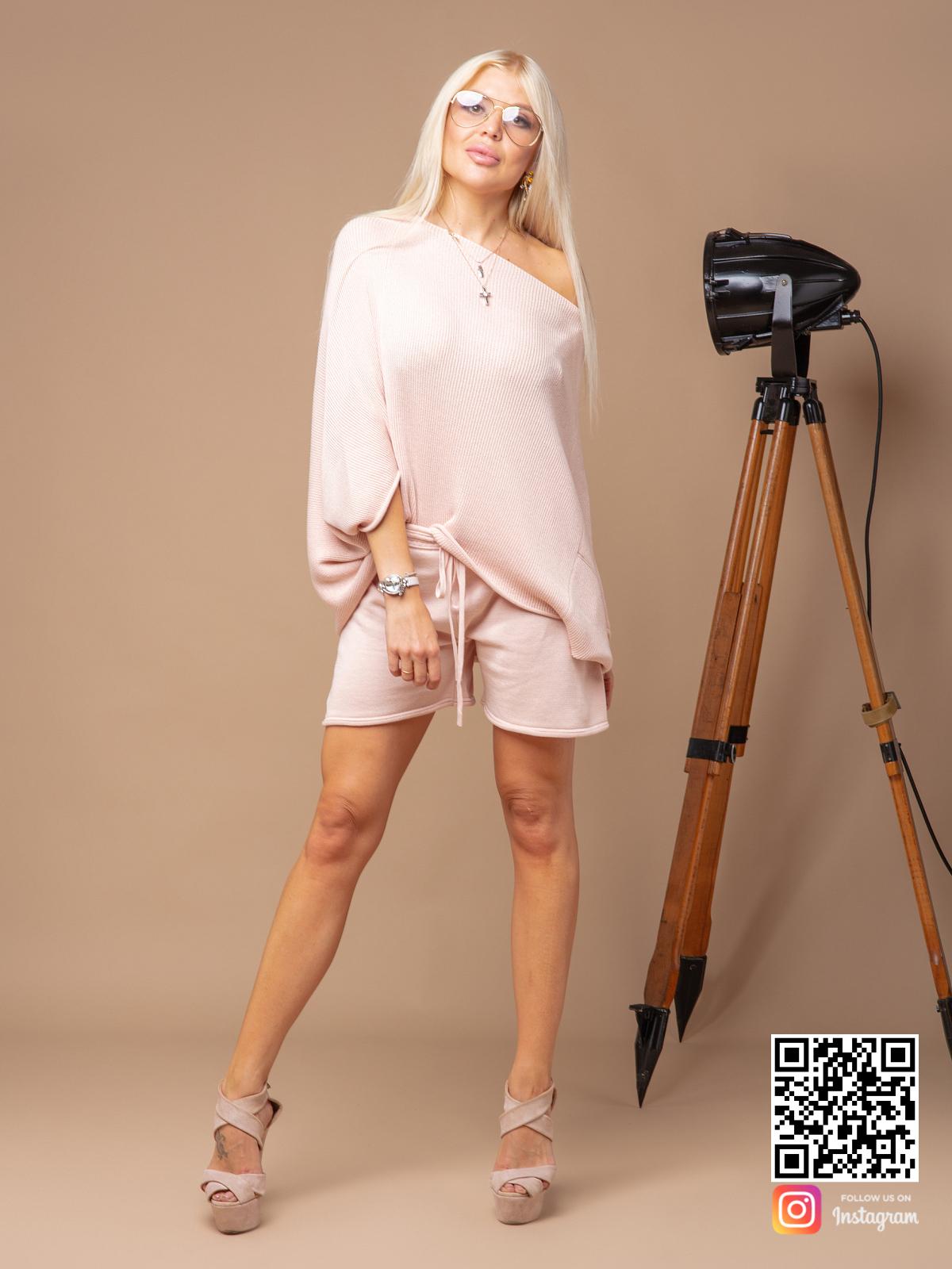На фотографии женский летний костюм с шортами от Shapar, бренда вязаной одежды ручной работы в интернет-магазине связанных спицами вещей.
