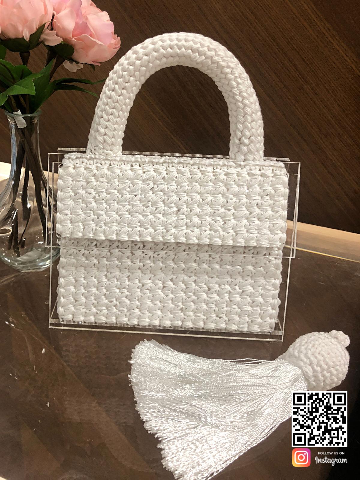 На четвертой фотографии женская модная вязаная сумка с прозрачным дном от Shapar, бренда аксессуаров ручной работы в интернет-магазине связанной спицами одежды.