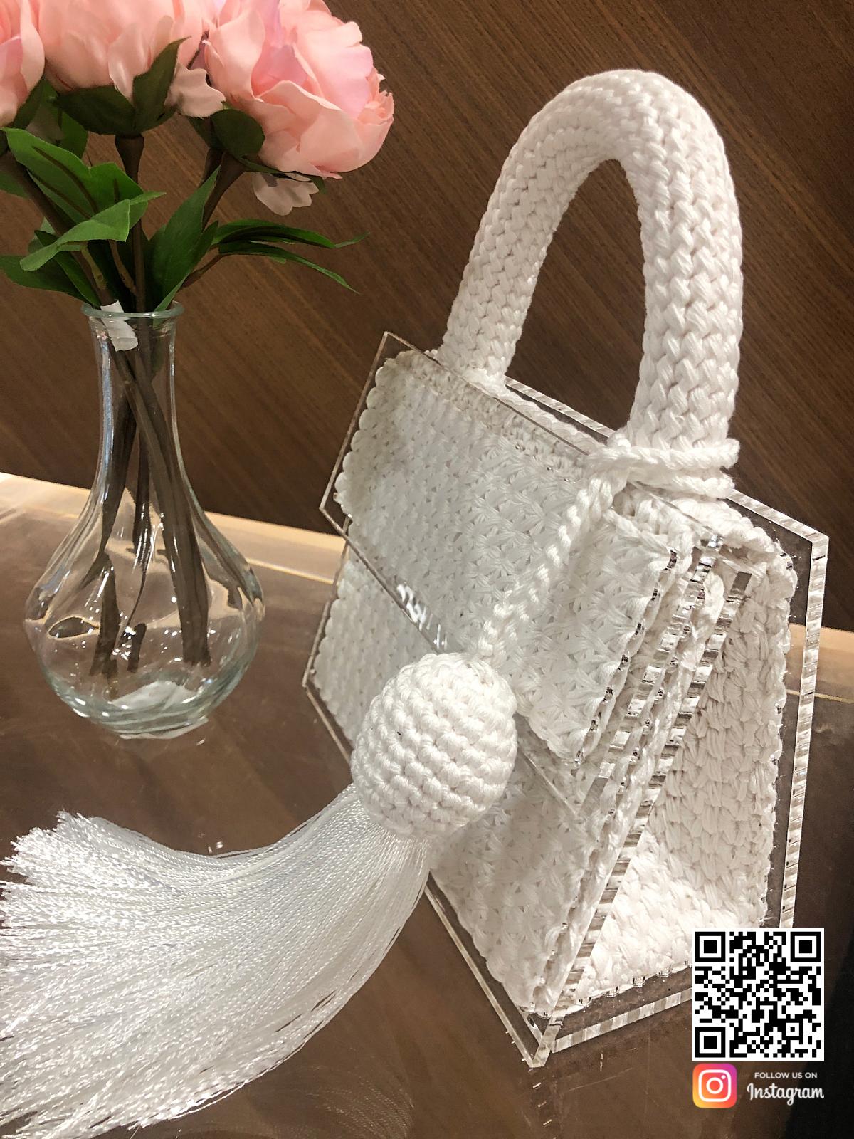 На второй фотографии женская модная вязаная сумка белого цвета от Shapar, бренда аксессуаров ручной работы в интернет-магазине связанной спицами одежды.
