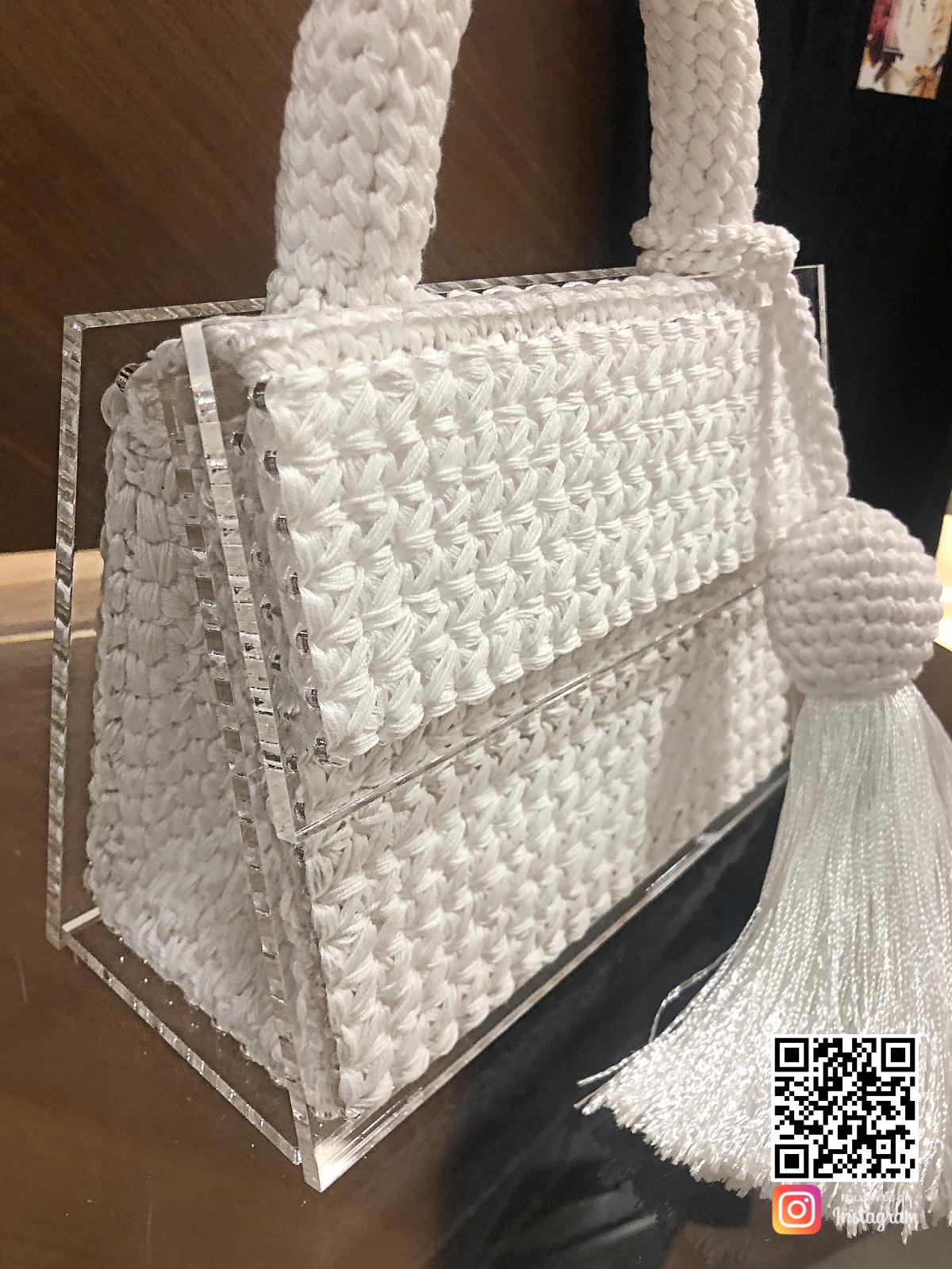 На третьей фотографии женская модная вязаная сумка со съемной кистью от Shapar, бренда аксессуаров ручной работы в интернет-магазине связанной спицами одежды.