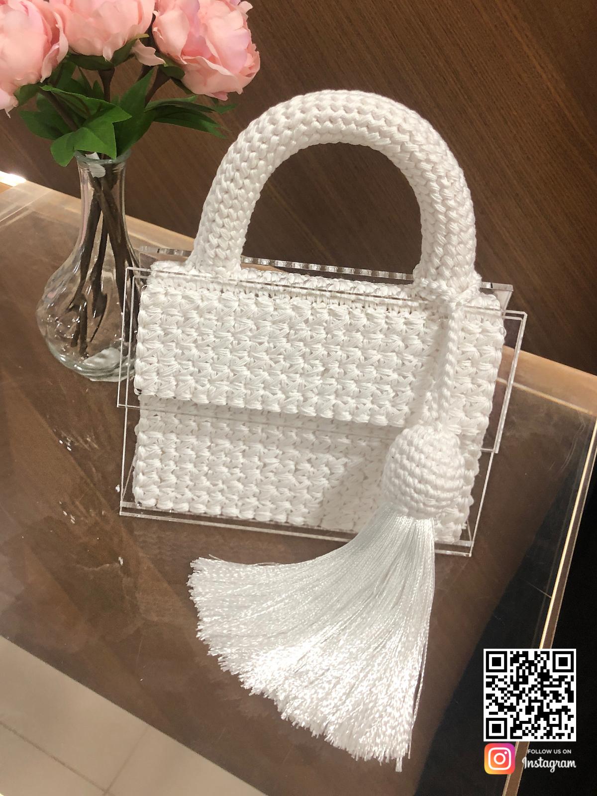 На пятой фотографии модная вязаная сумка для девушек и женщин на выход от Shapar, бренда аксессуаров ручной работы в интернет-магазине связанной спицами одежды.