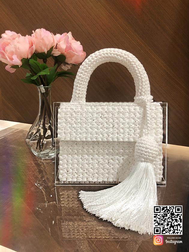 На фотографии женская модная вязаная сумка от Shapar, бренда аксессуаров ручной работы в интернет-магазине связанной спицами одежды.