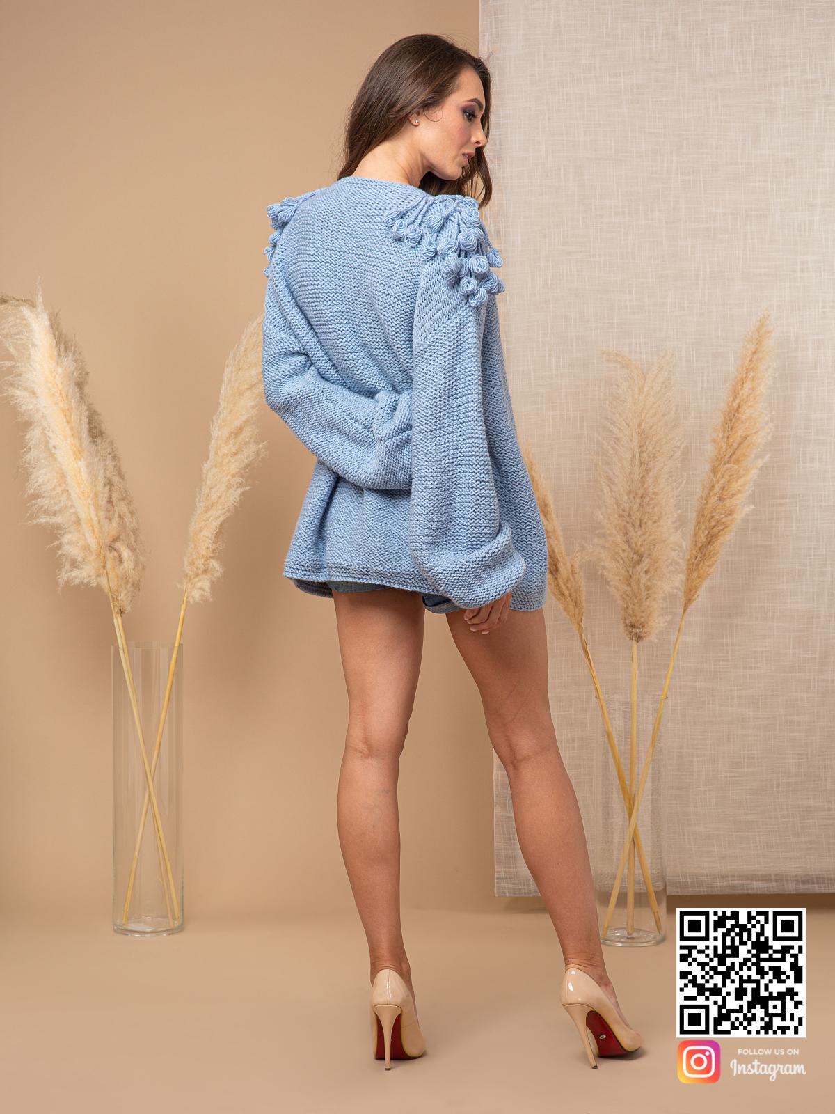 На второй фотографии модный кардиган для женщин со спины от Shapar, бренда вязаной одежды ручной работы в интернет-магазине связанных спицами вещей.