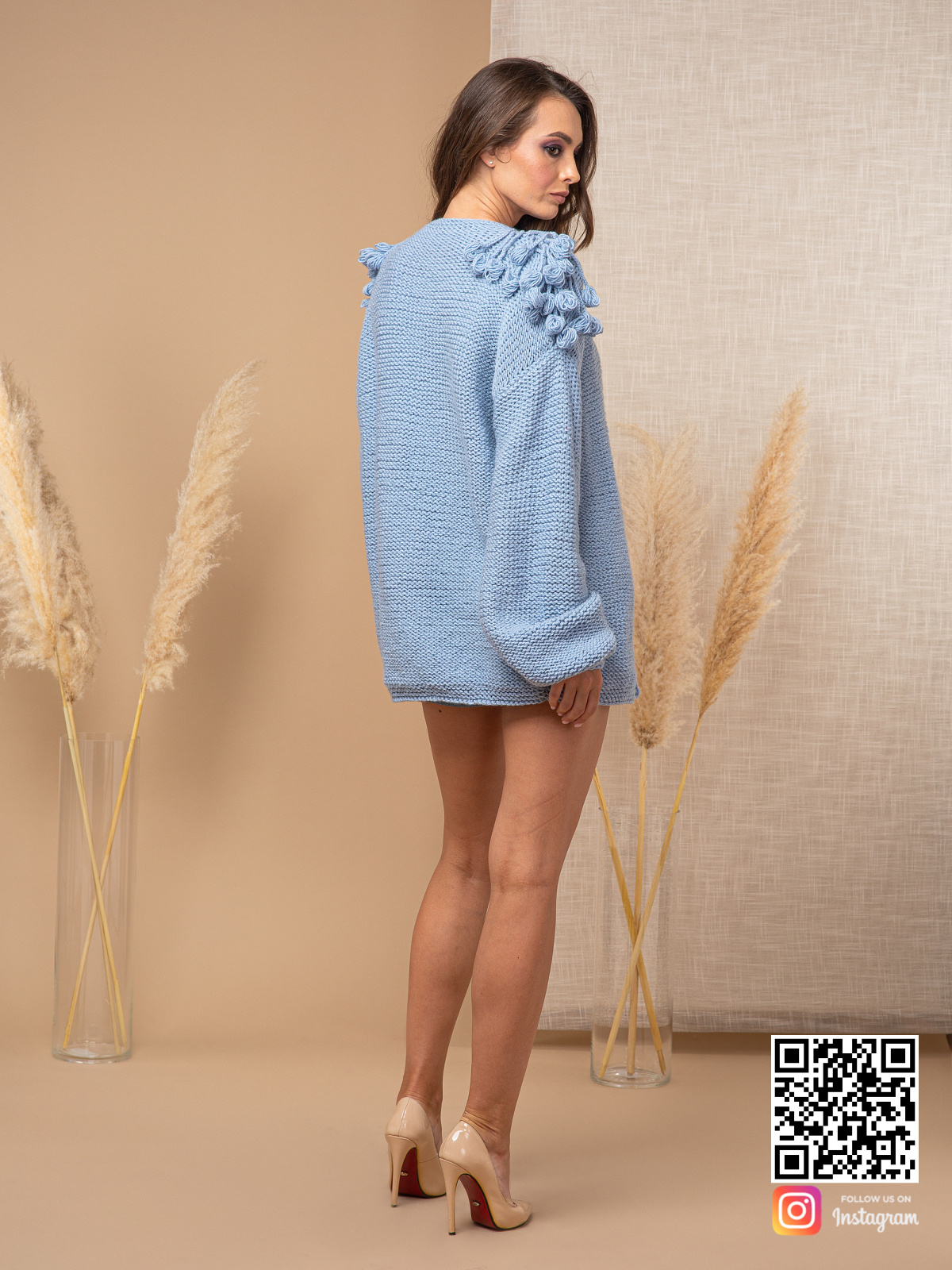 На шестой фотографии голубой модный кардиган для женщин от Shapar, бренда вязаной одежды ручной работы в интернет-магазине связанных спицами вещей.