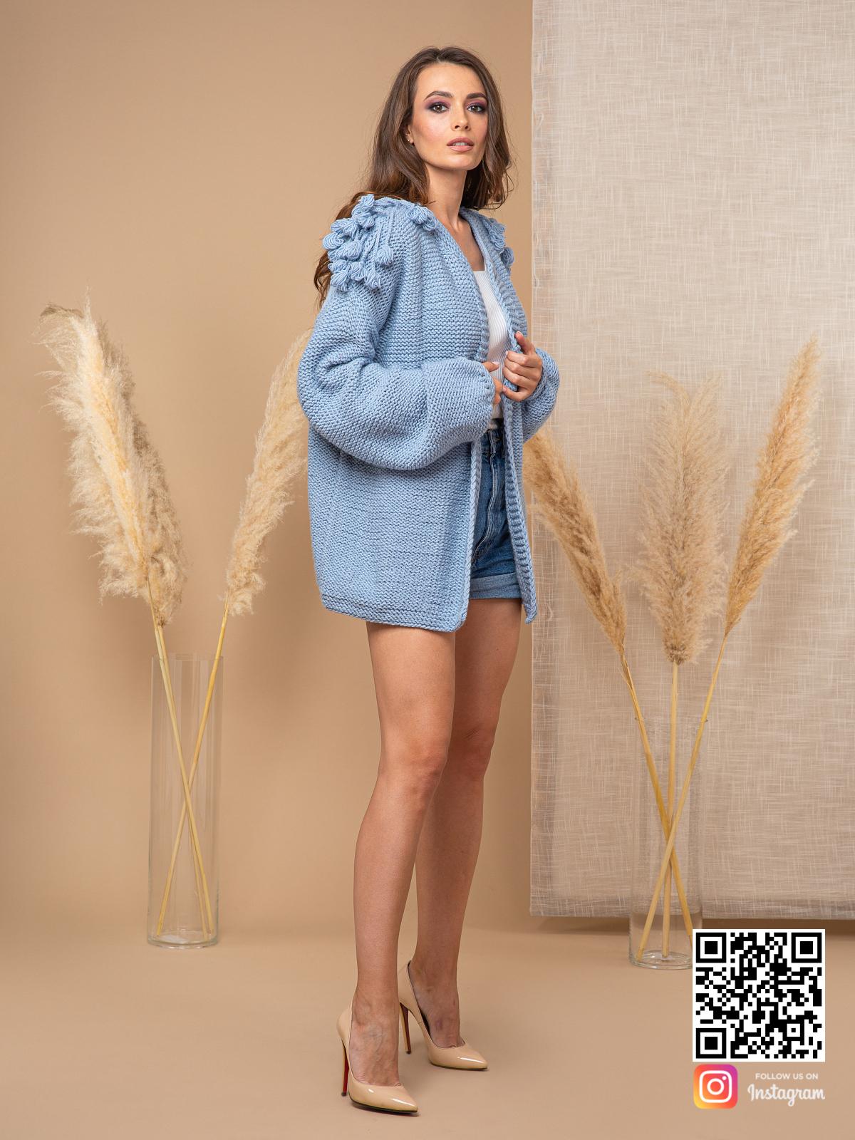 На третьей фотографии модный кардиган для женщин голубого цвета от Shapar, бренда вязаной одежды ручной работы в интернет-магазине связанных спицами вещей.