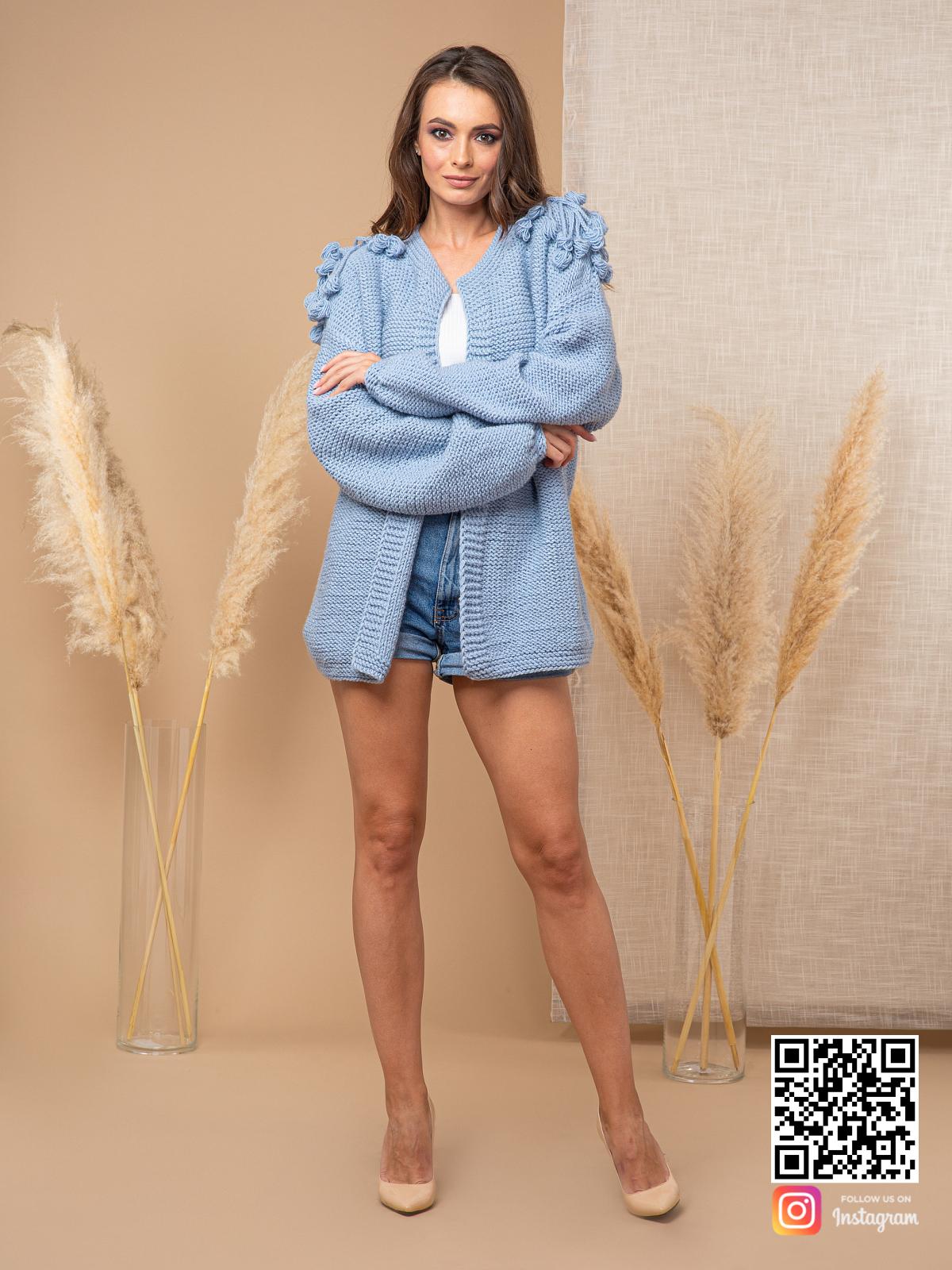 На седьмой фотографии модный кардиган для женщин с узором на плечах от Shapar, бренда вязаной одежды ручной работы в интернет-магазине связанных спицами вещей.