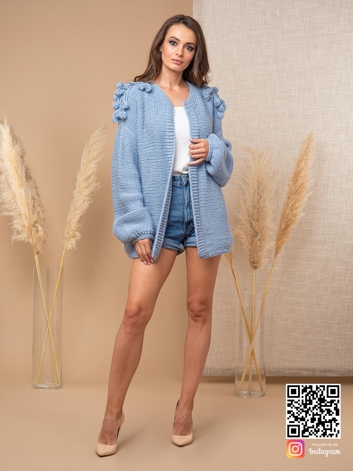 На фотографии модный кардиган для женщин от Shapar, бренда вязаной одежды ручной работы в интернет-магазине связанных спицами вещей.