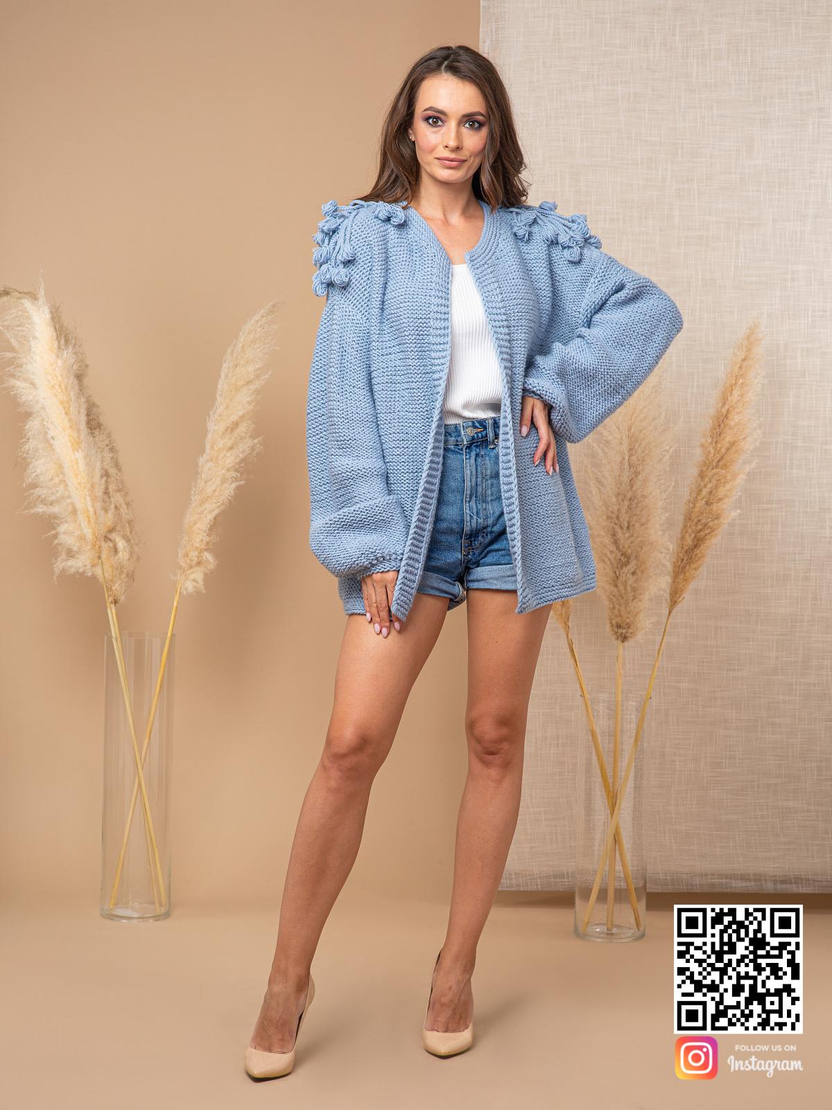 На пятой фотографии короткий модный кардиган для женщин от Shapar, бренда вязаной одежды ручной работы в интернет-магазине связанных спицами вещей.