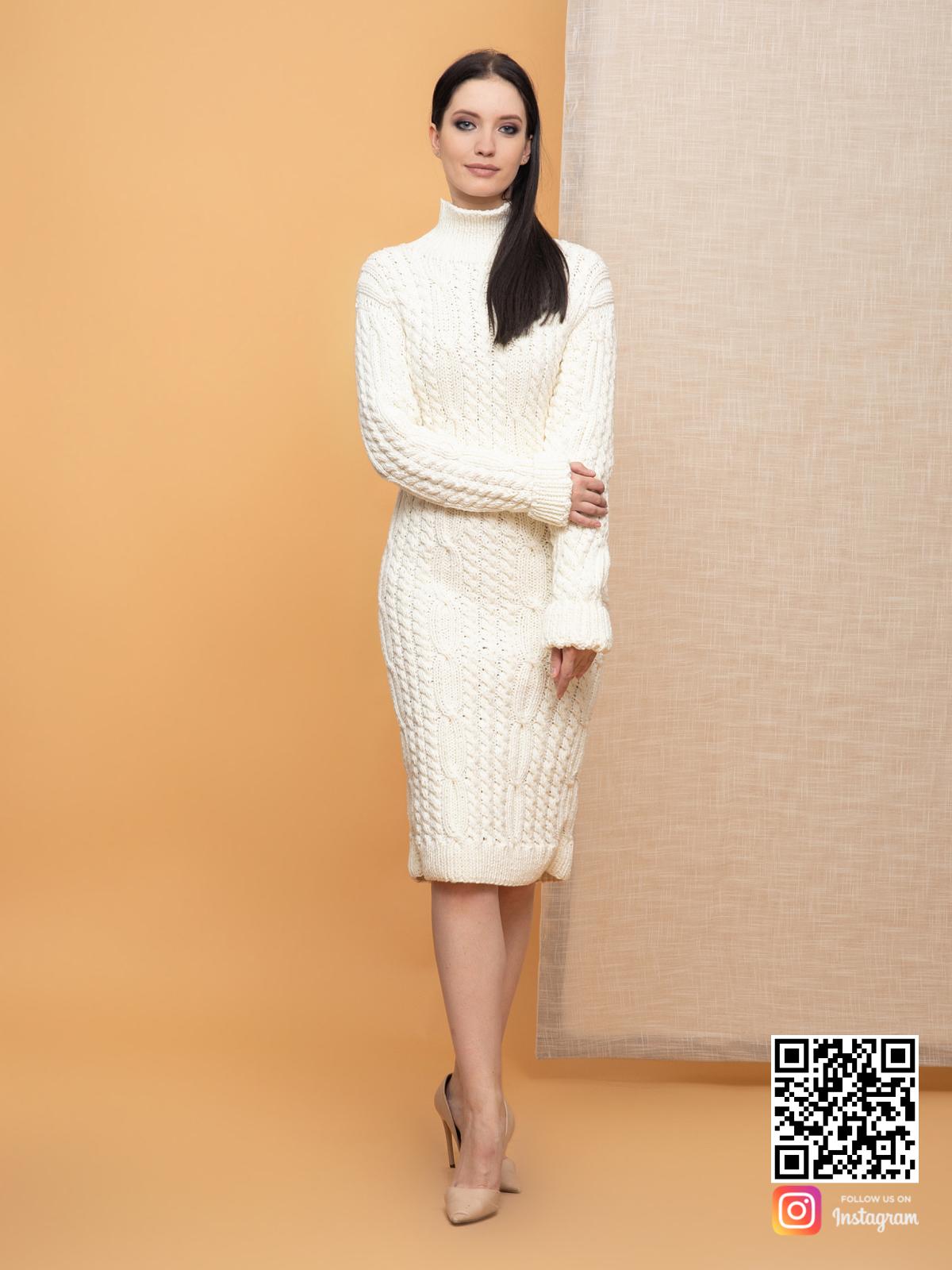 На пятой фотографии женское молочное платье в длине миди от Shapar, бренда вязаной одежды ручной работы в интернет-магазине связанных спицами вещей.