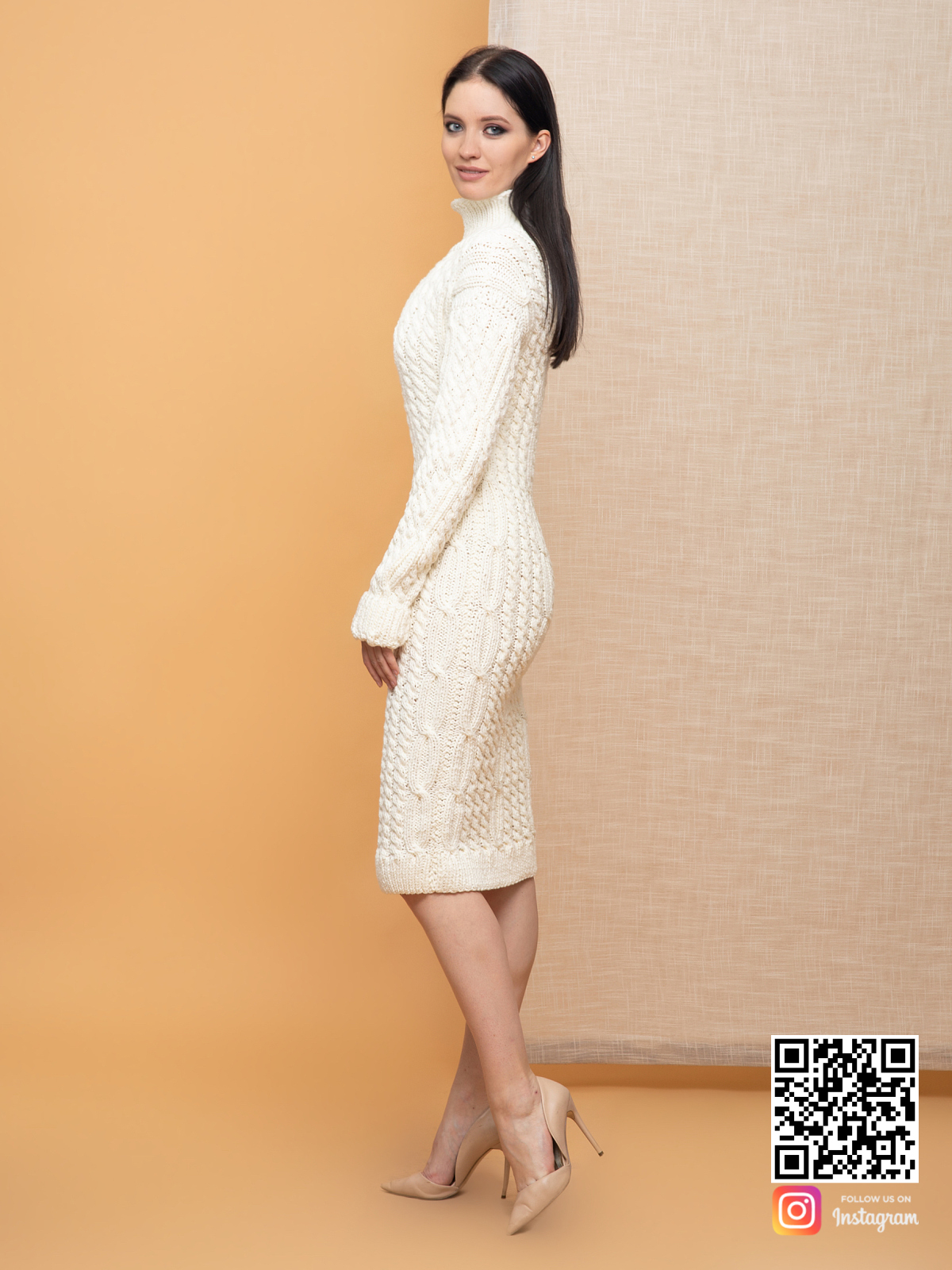 На третьей фотографии женское молочное платье в косах от Shapar, бренда вязаной одежды ручной работы в интернет-магазине связанных спицами вещей.