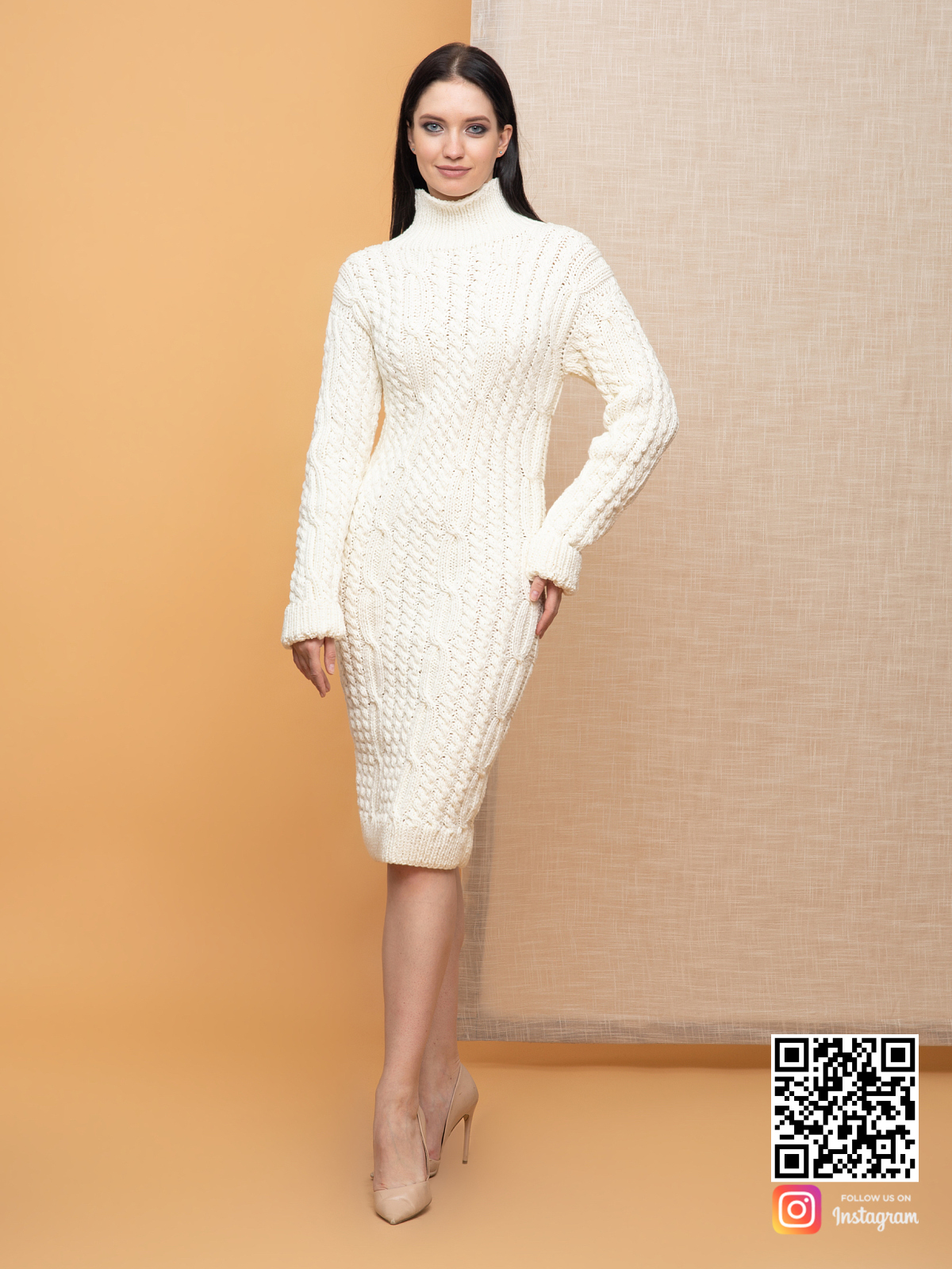 На четвертой фотографии теплое женское молочное платье с воротником от Shapar, бренда вязаной одежды ручной работы в интернет-магазине связанных спицами вещей.