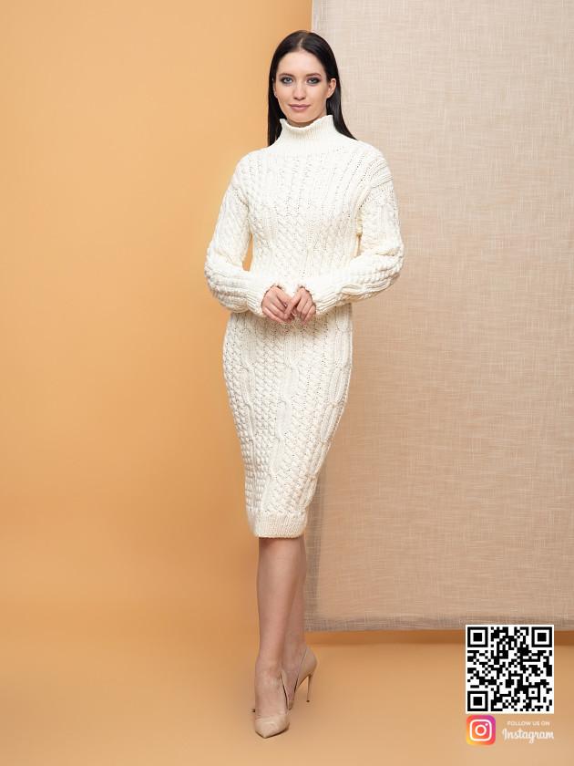 На фотографии женское молочное платье от Shapar, бренда вязаной одежды ручной работы в интернет-магазине связанных спицами вещей.