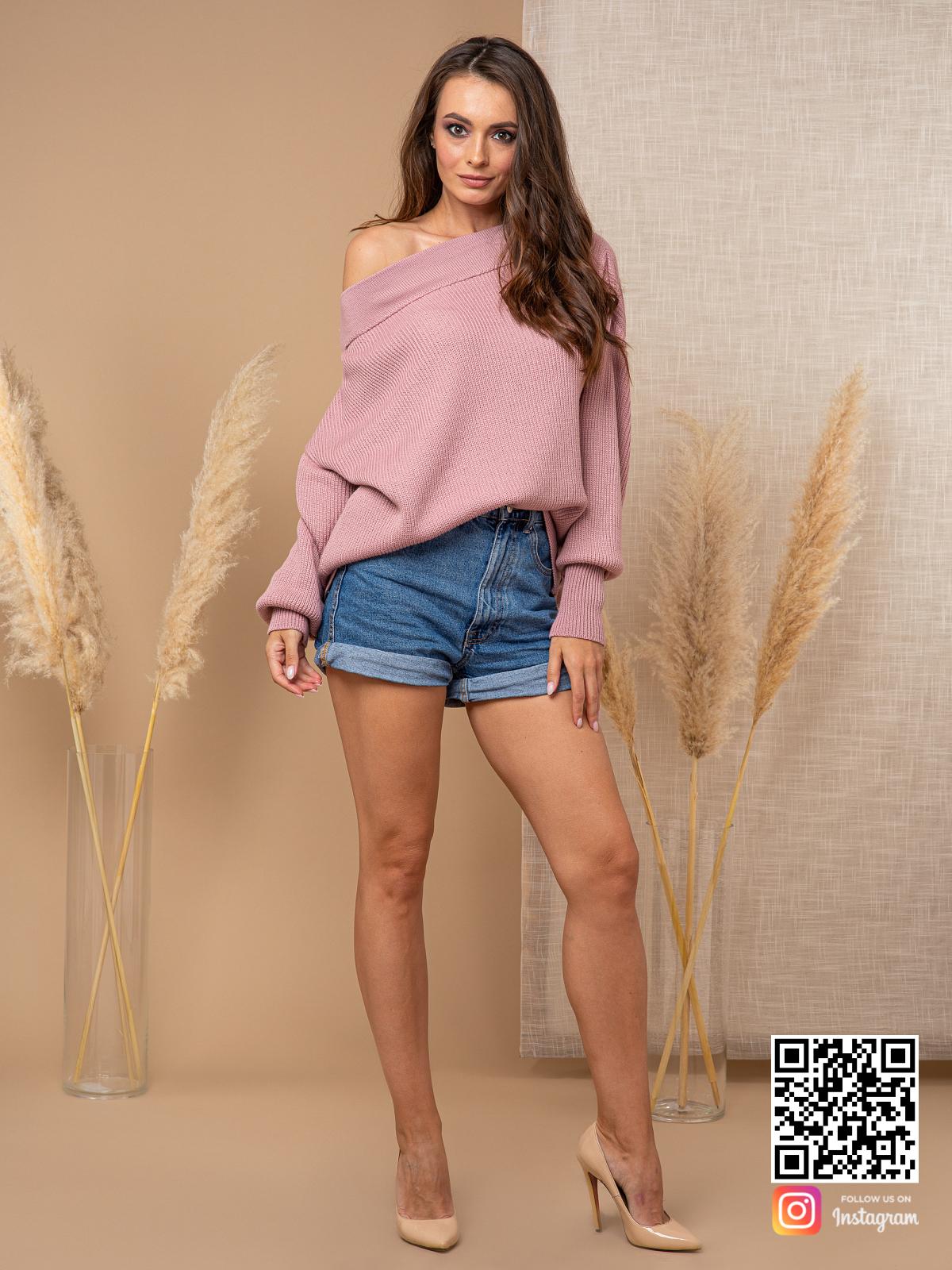 На фотографии женский молодежный джемпер от Shapar, бренда вязаной одежды ручной работы в интернет-магазине связанных спицами вещей.