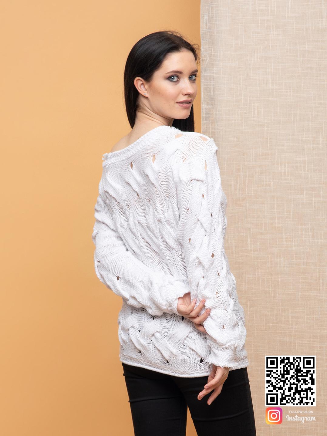 На четвертой фотографии белый молодежный свитер от Shapar, бренда вязаной одежды ручной работы в интернет-магазине связанных спицами вещей.